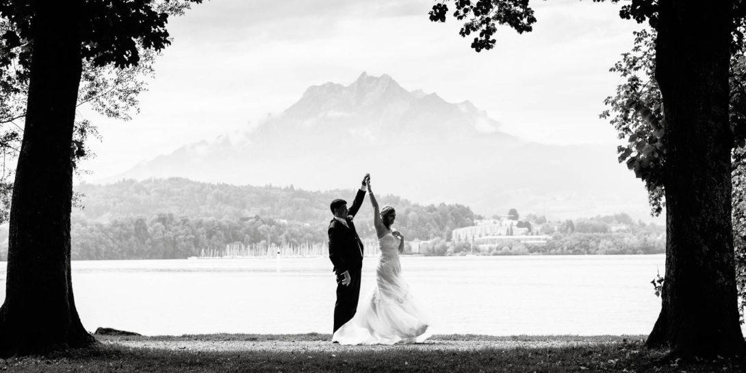 Hochzeitspaar tanzt in Luzern am See vor Pilatus