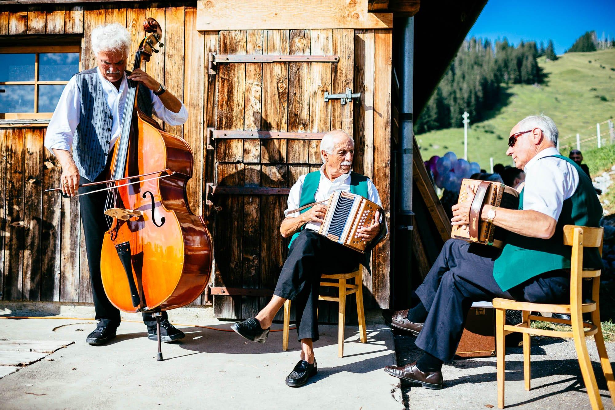 Schweizer-Örgeli und Kontrabass an Hochzeit