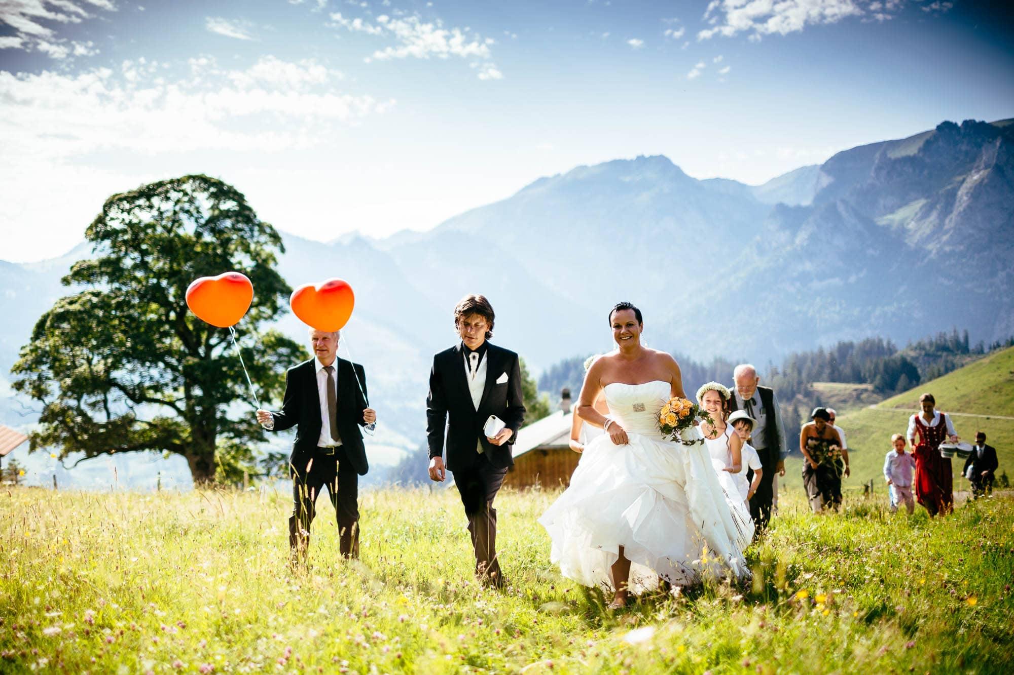 Brautpaar spaziert zur Traulocation