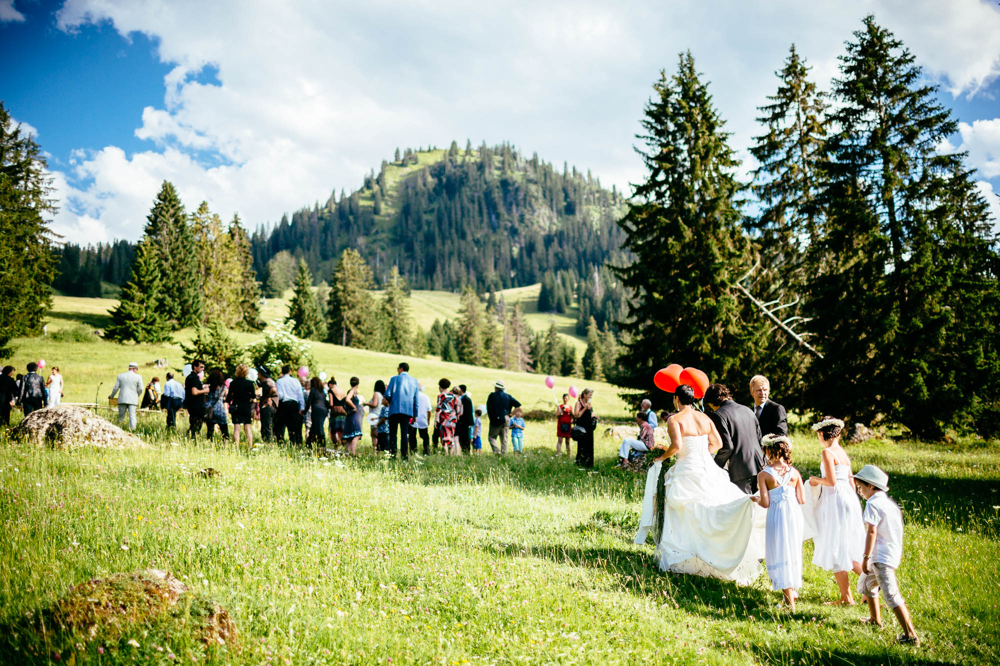 Brautpaar kommt zur Outdoor-Zeremonie
