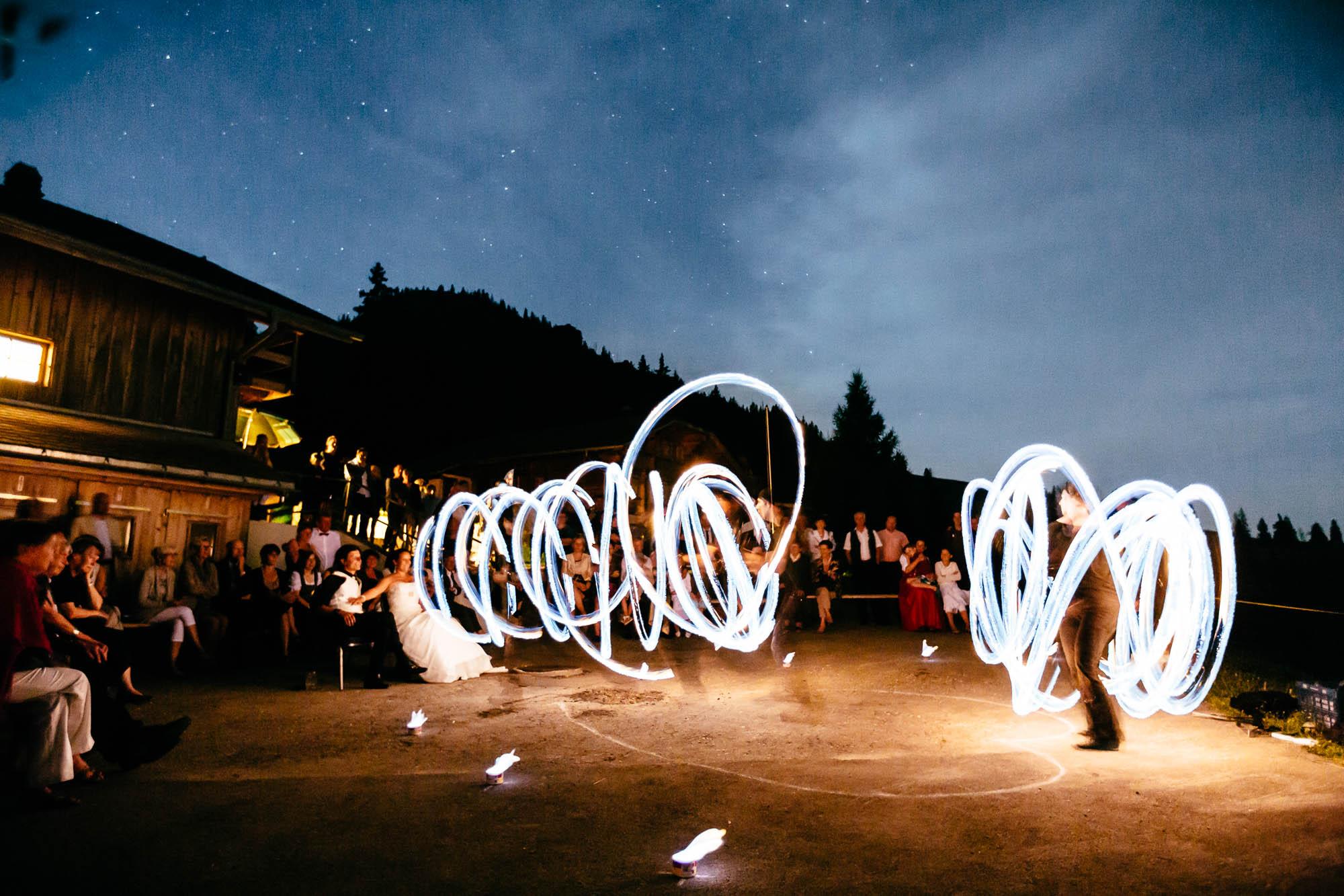 Brautpaar und Gesellschaft wird mit Feuershow unterhalten