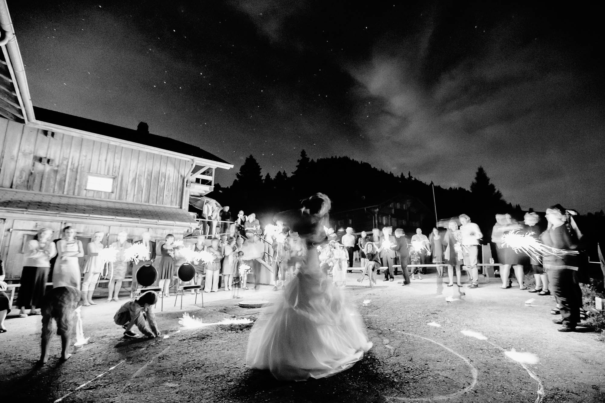 Hochzeitstanz unter Sternenhimmel auf einer Alp