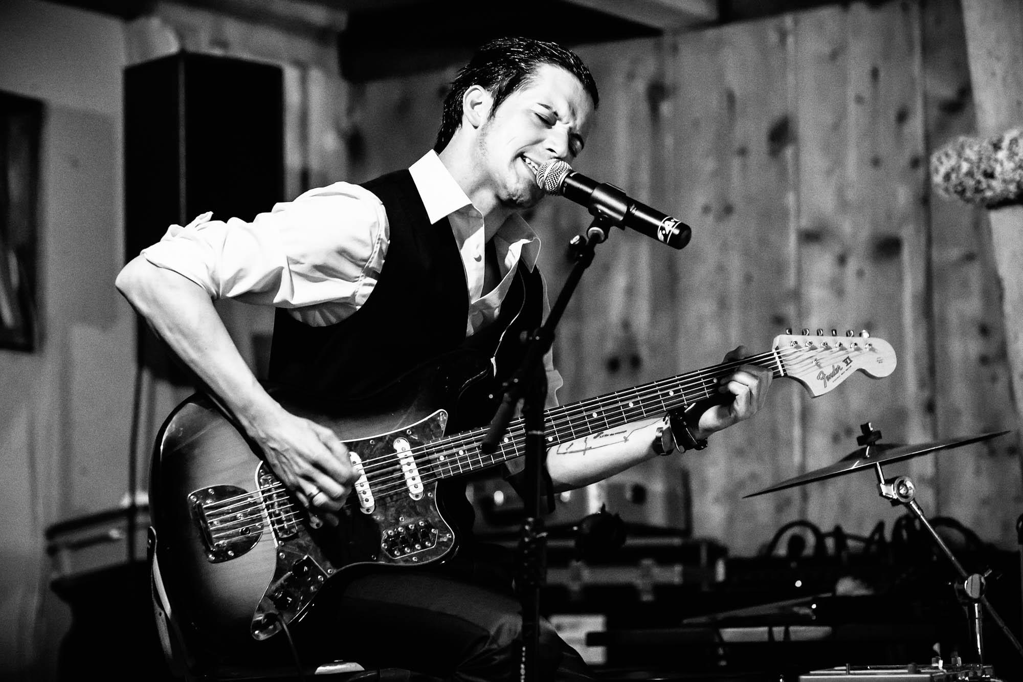 Gitarrist und Sänger bringt rockige Stimmung
