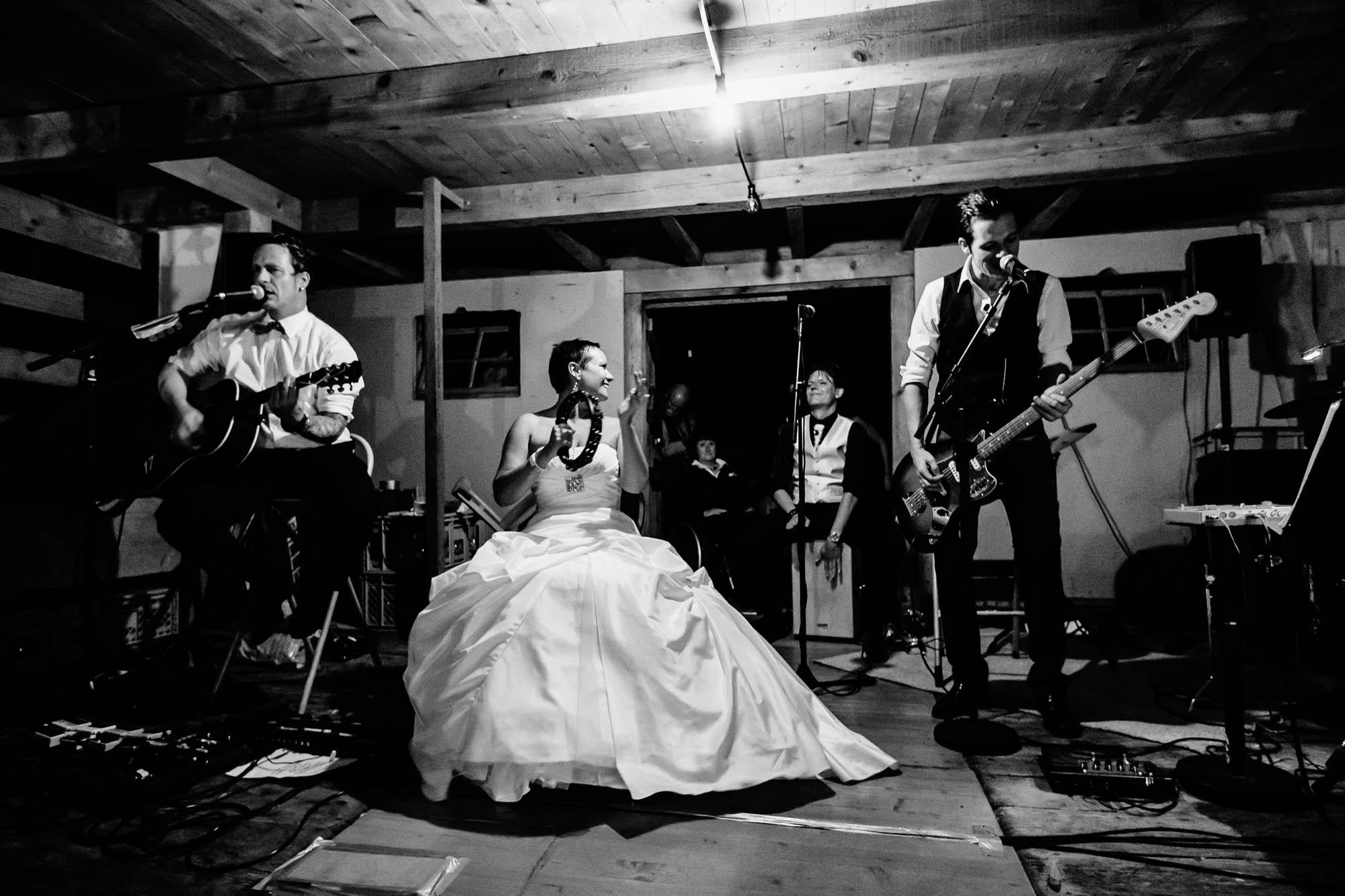 Hochzeitsband bestehend aus Bräutigam, Braut, Trauzeuge und Kollege