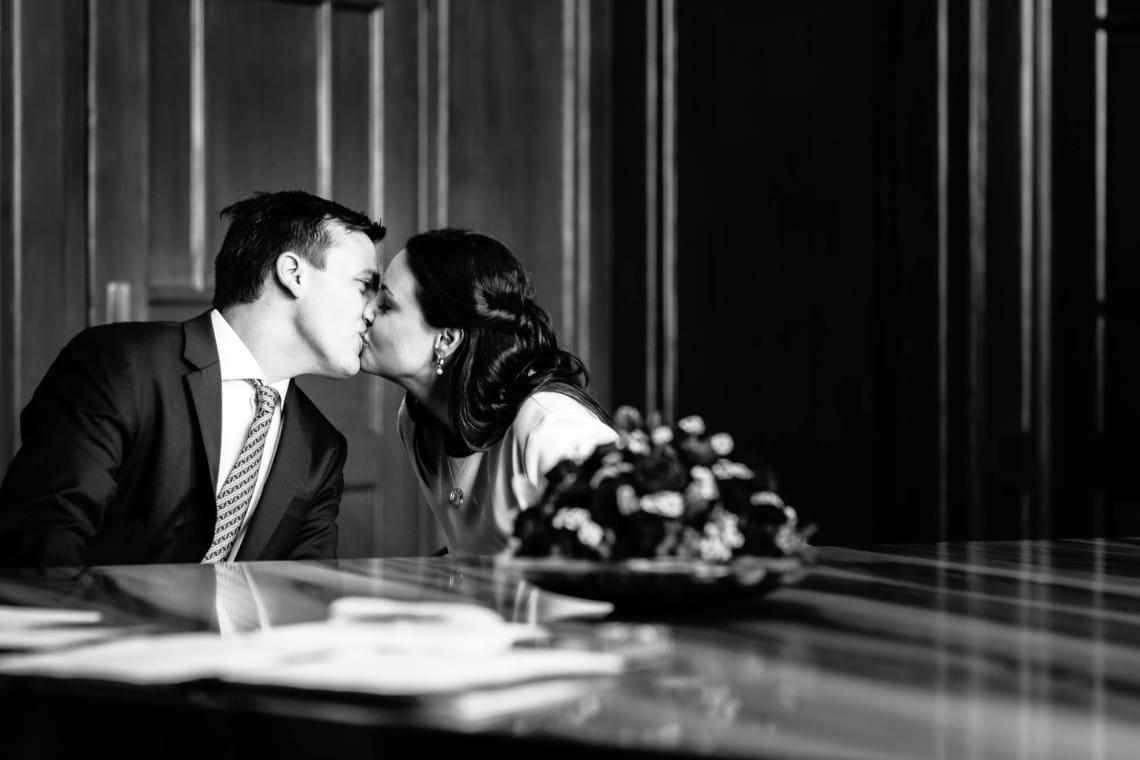 Brautpaar küsst sich bei Ziviltrauung