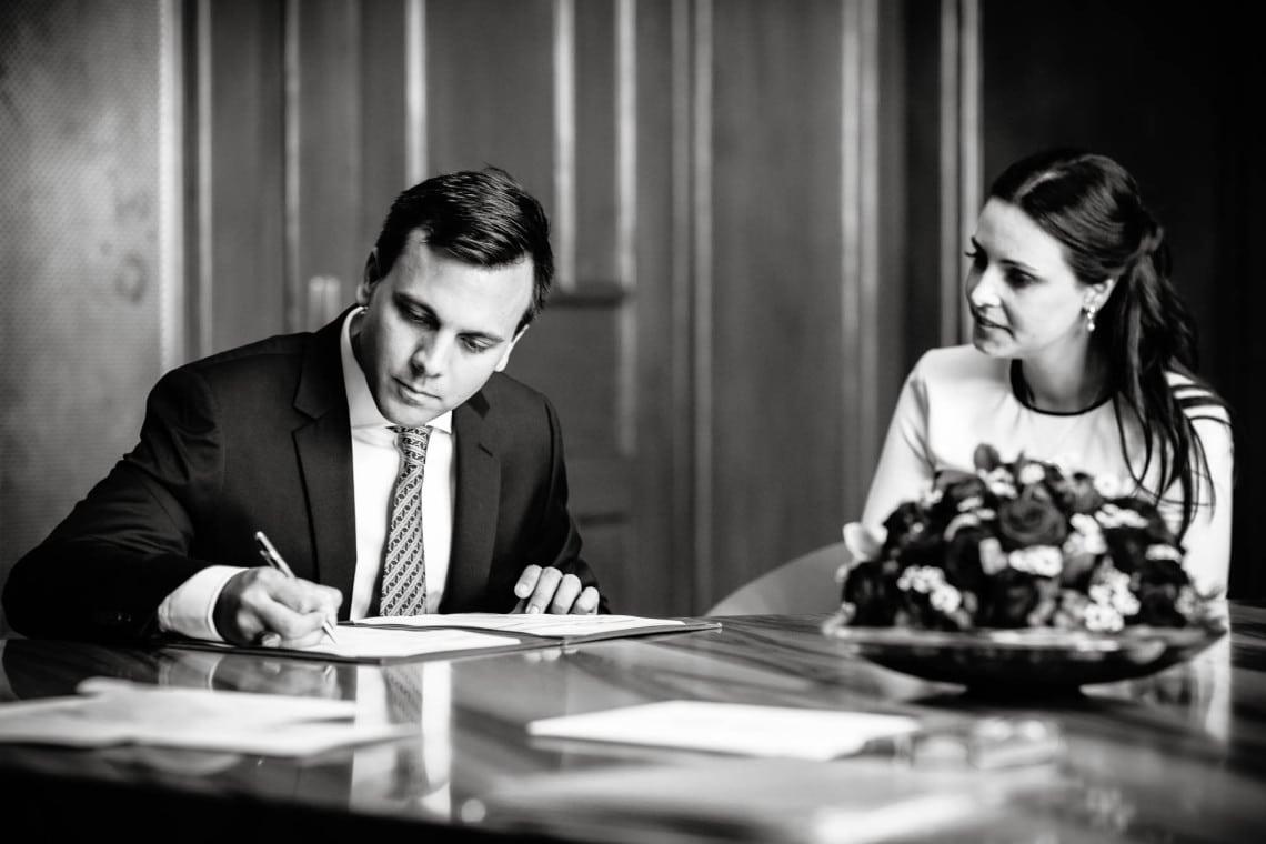 Bräutigam unterschreibt Ehedokument