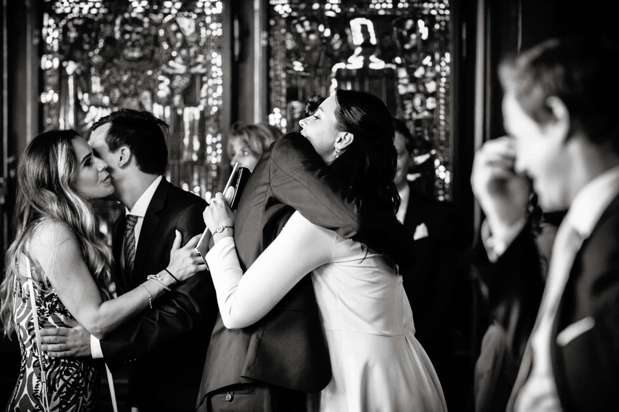 Gäste gratulieren und umarmen das Brautpaar