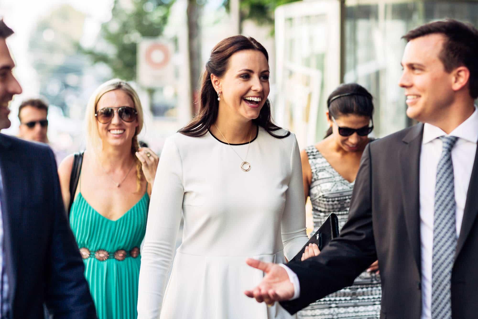 Bräutigam erzählt Witz den lachenden Gästen
