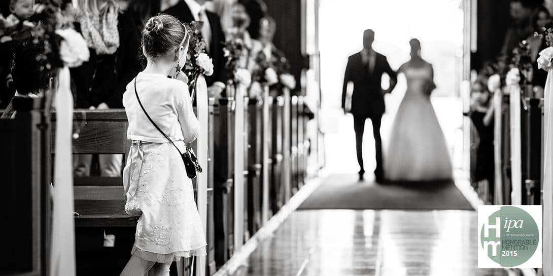 Braut kommt in Kirche