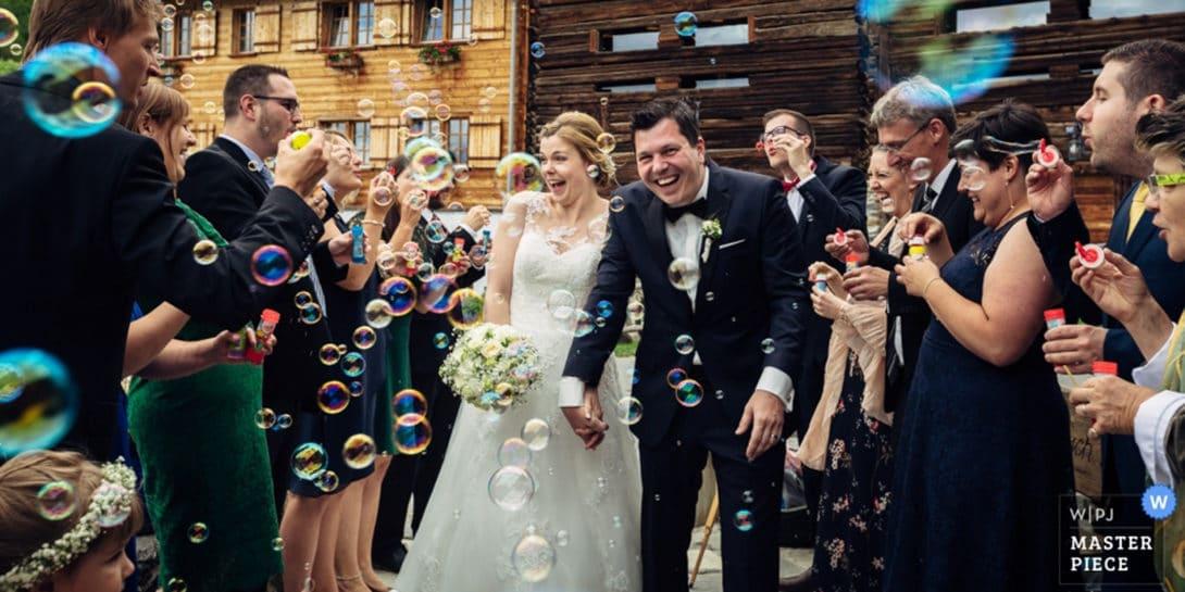 Brautpaar Empfang mit Seifenblasen