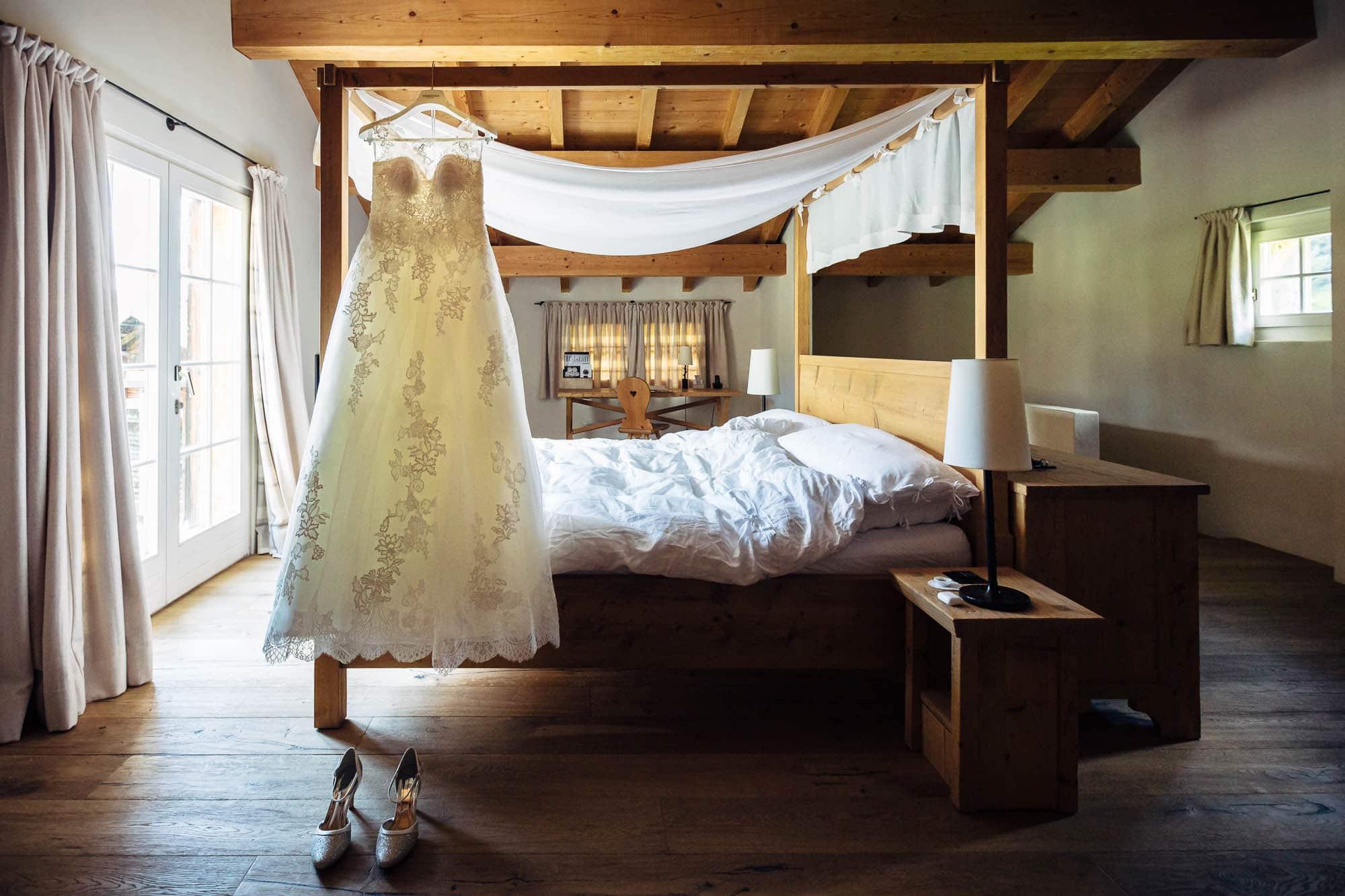 Brautkleid hängt am Himmelbett