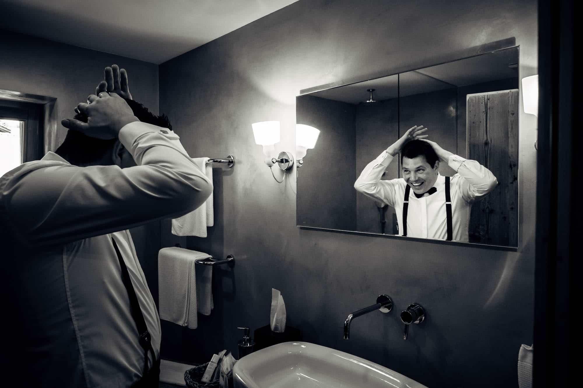 Haarstyling vor dem Spiegel