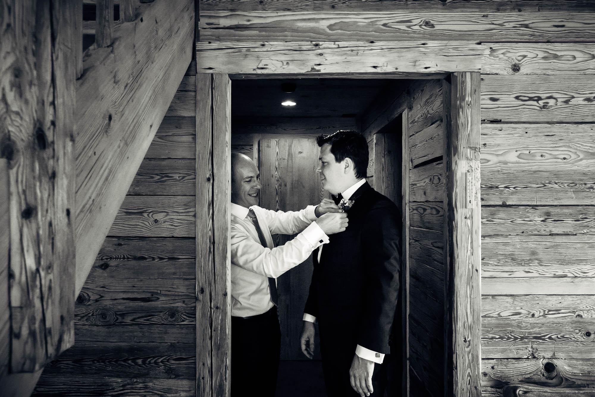 Bräutigam erhält Hilfe beim Fliegen binden