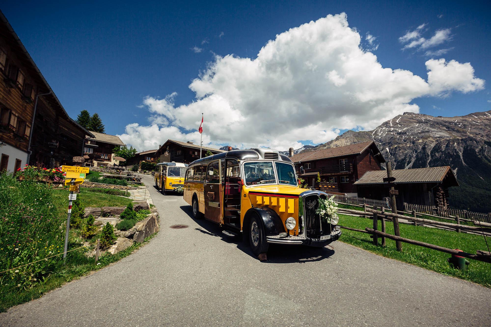 Zwei Postautos stehen bereit um die Hochzeitsgesellschaft zu transportieren