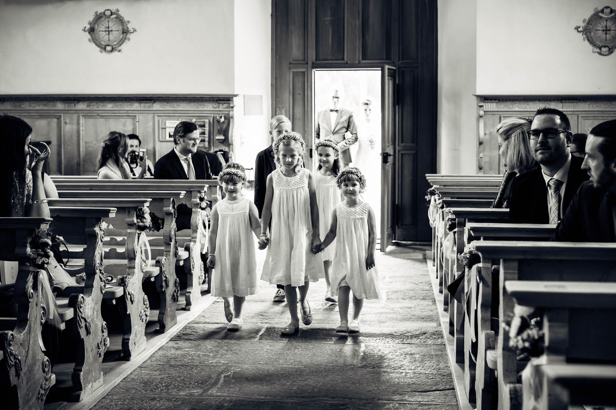 Blumenmädchen kommen in die Kirche