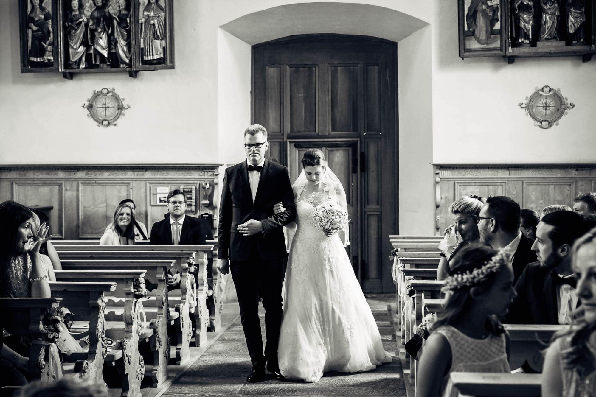 Braut wird durch ihr Bruder zum Altar geleitet