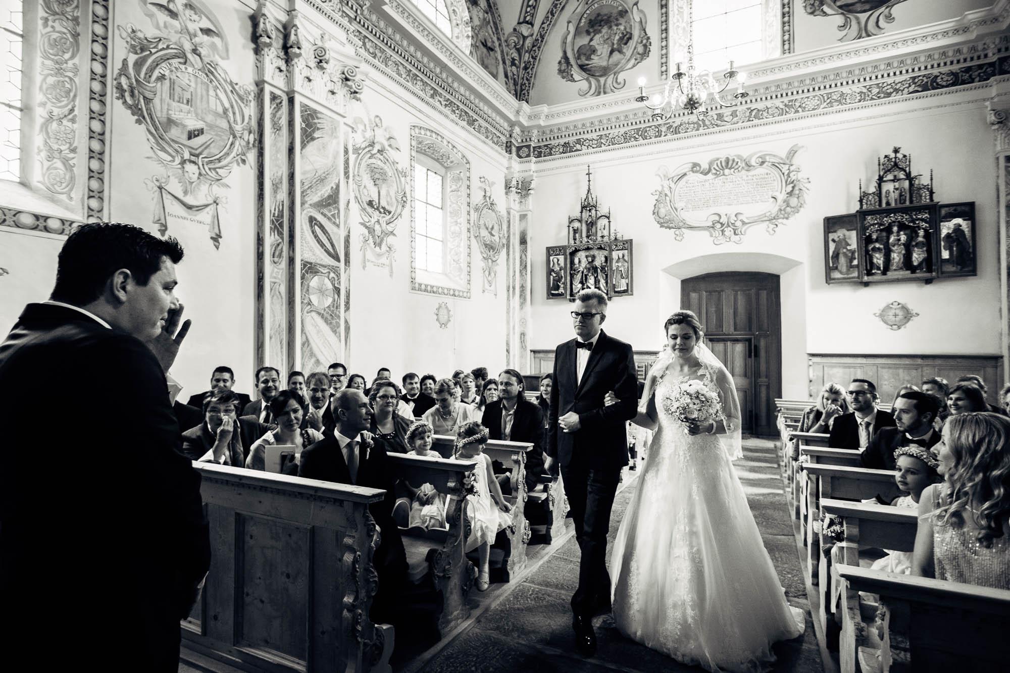 Bräutigam ist zu Tränen gerührt beim Einzug der Braut