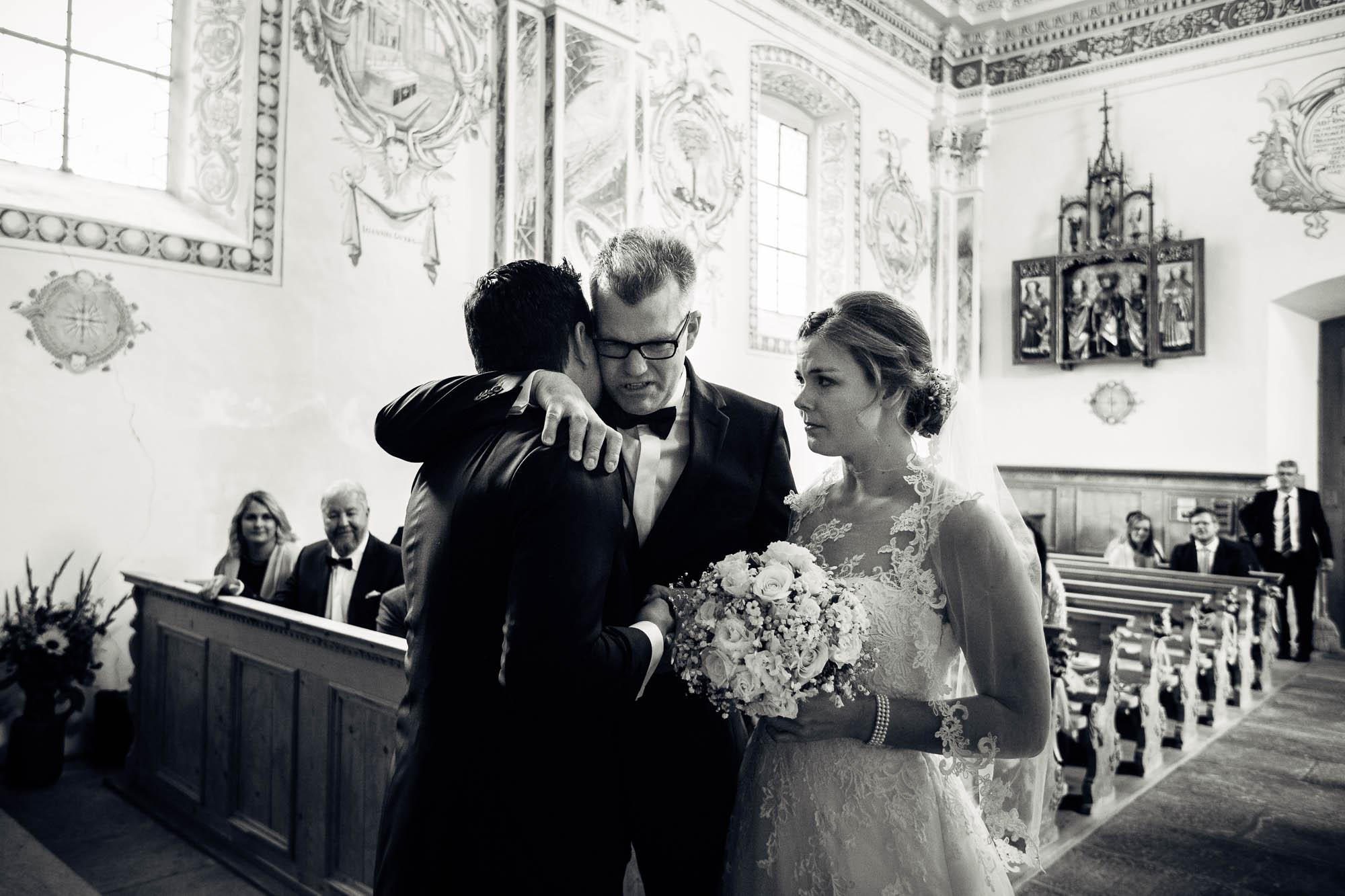 Bruder übergibt Braut dem Bräutigam