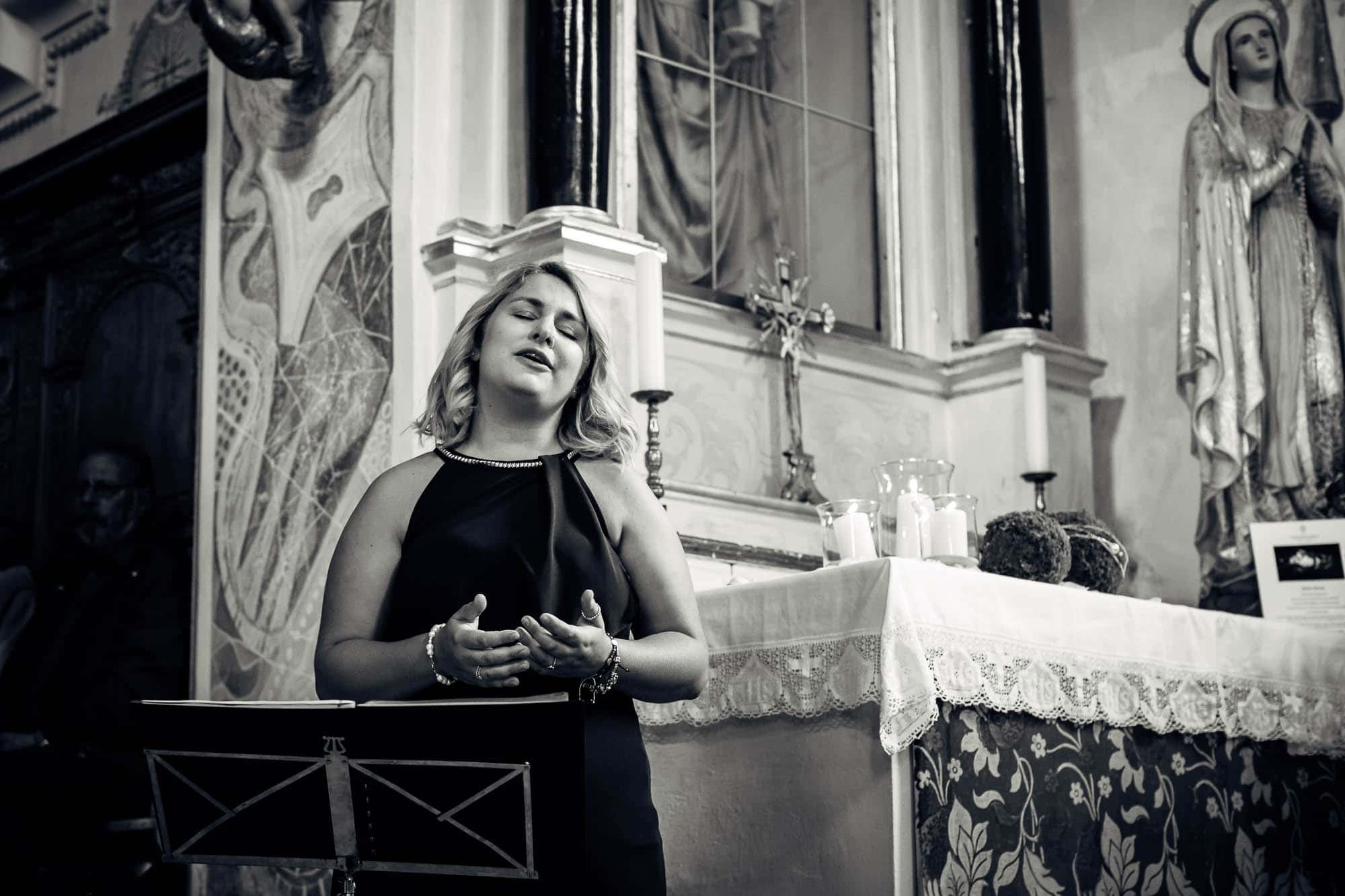 Sängerin neben Maria Statue