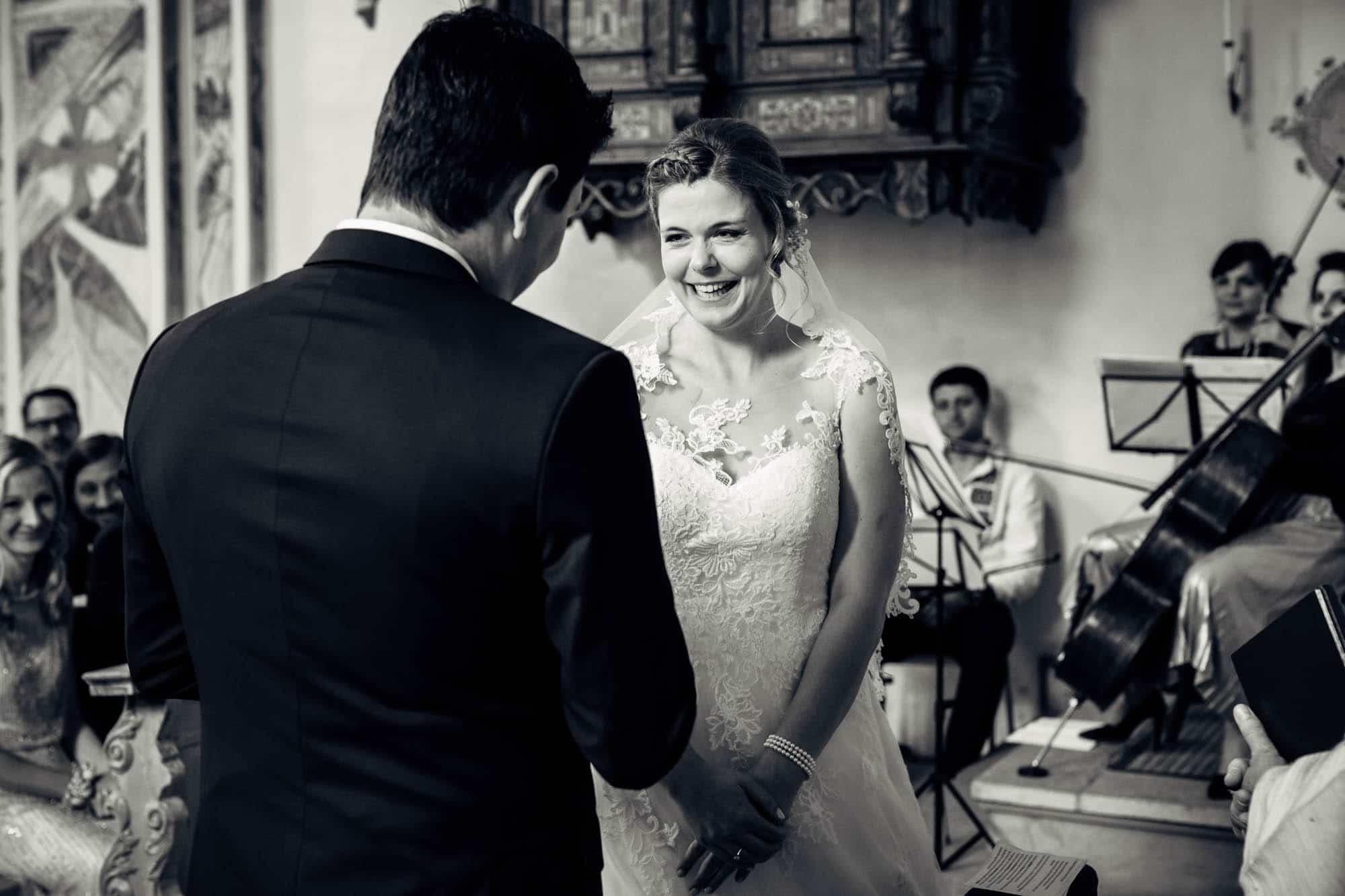 Braut ist entzückt über persönliches Eheversprechen