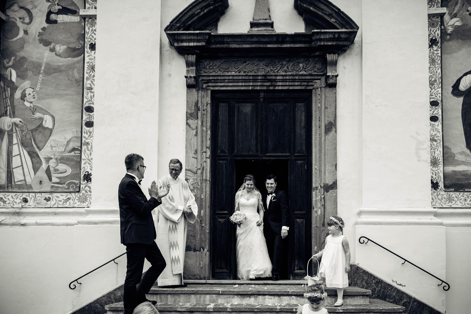 Brautpaar kommt aus Kirche raus