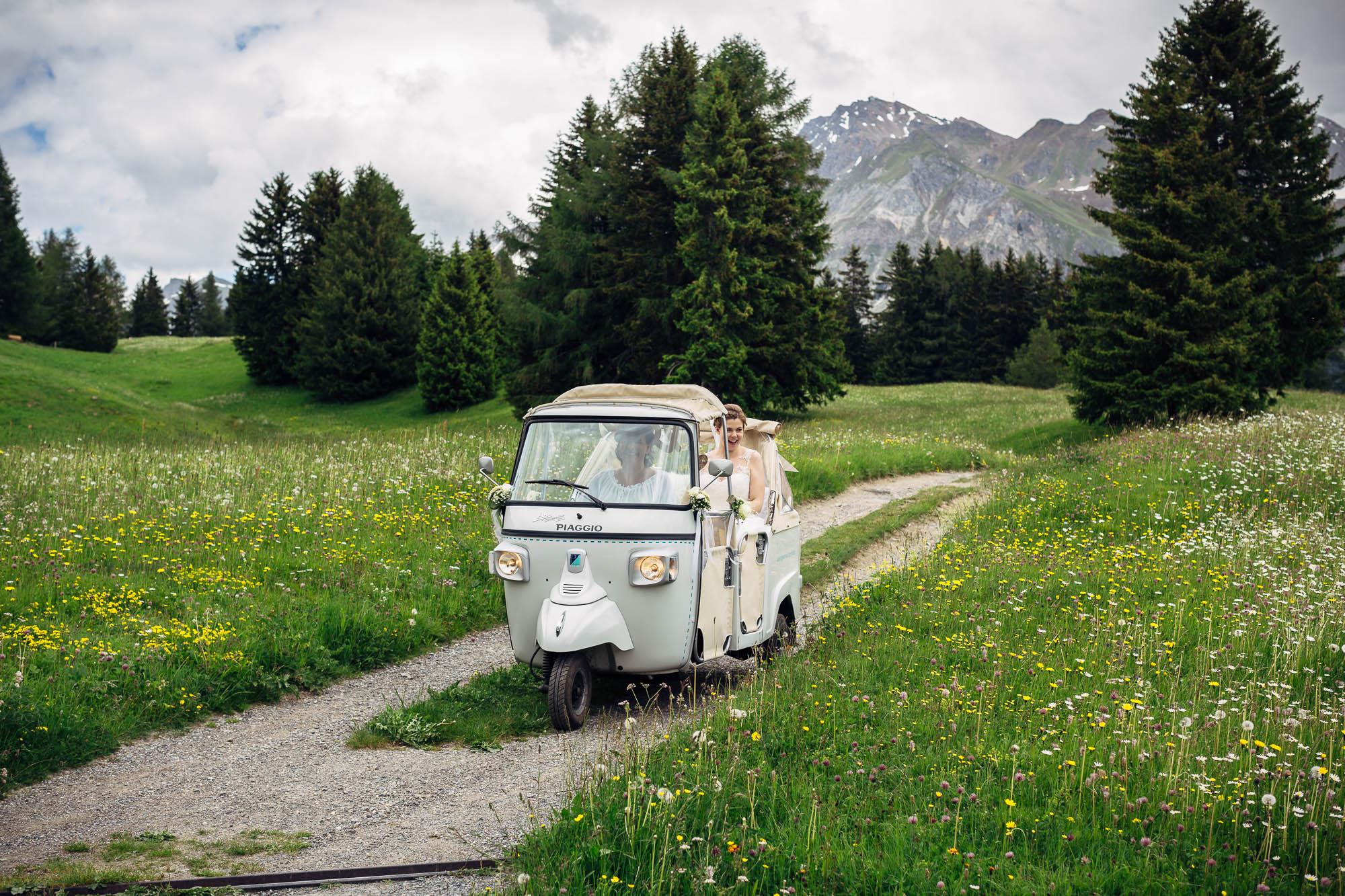 Brautpaar wird mit Tuktuk chauffiert