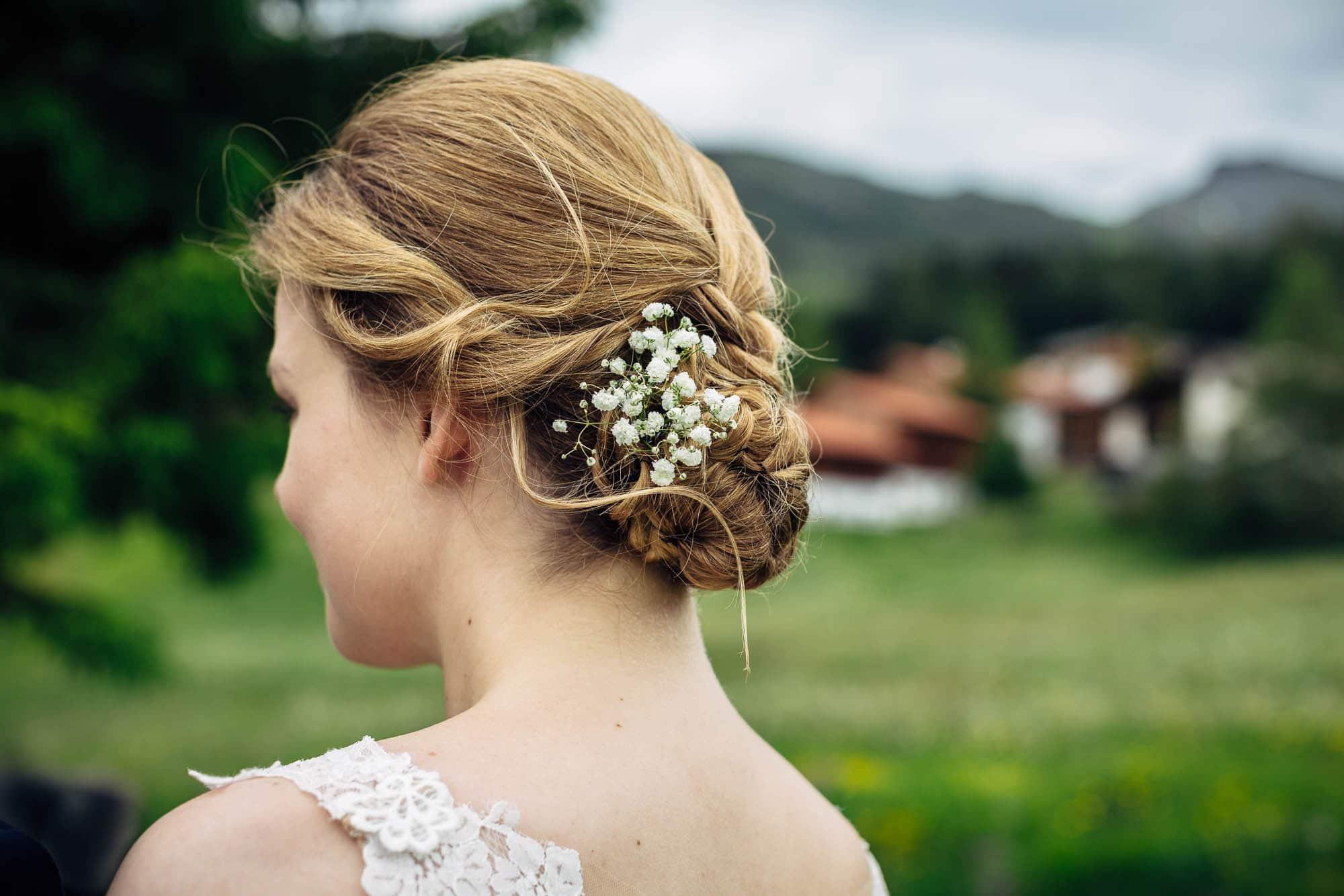 Blumendetails in der Brautfrisur