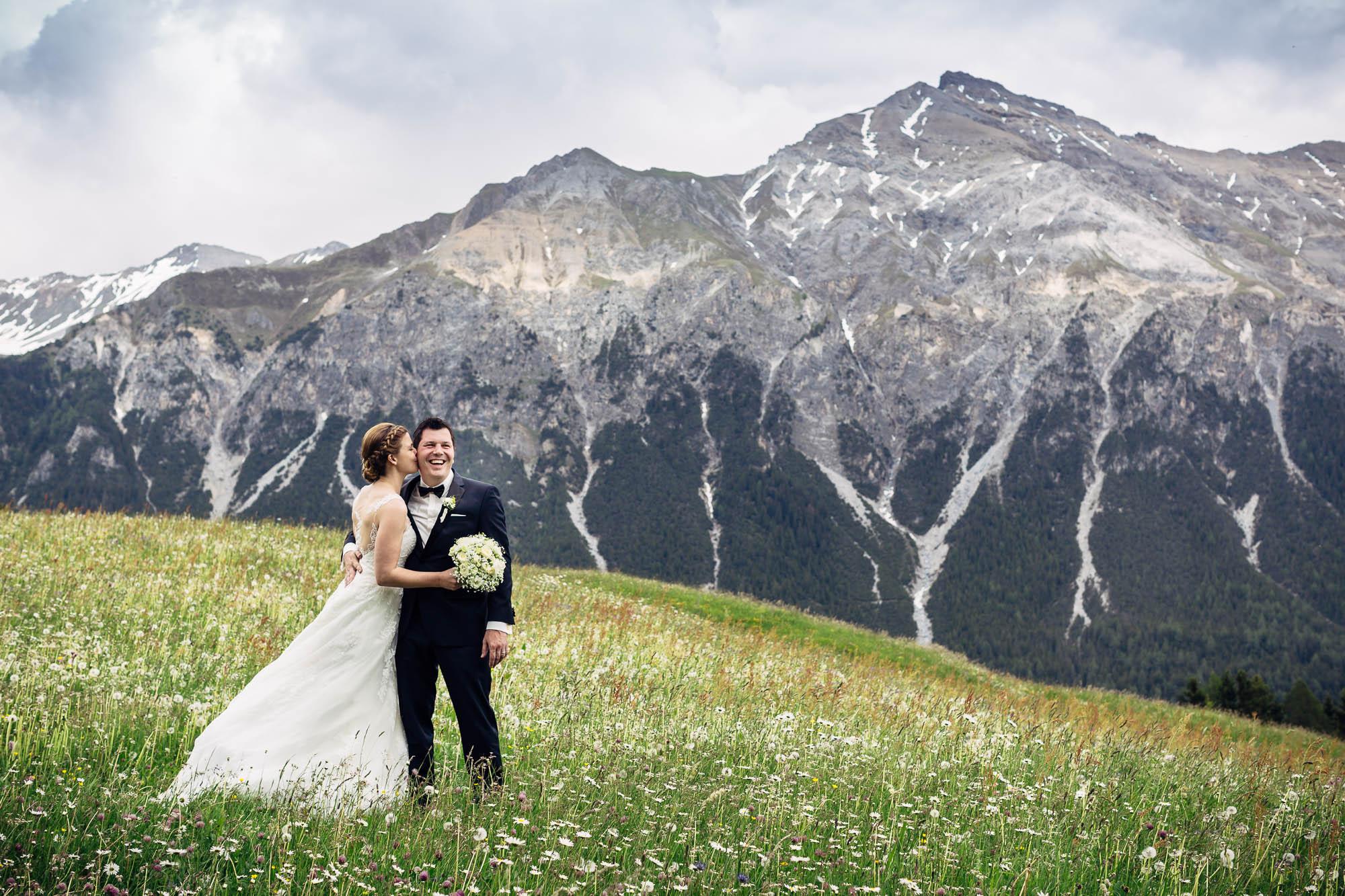 Brautpaar in Blumenwiese in der Lenzerheide