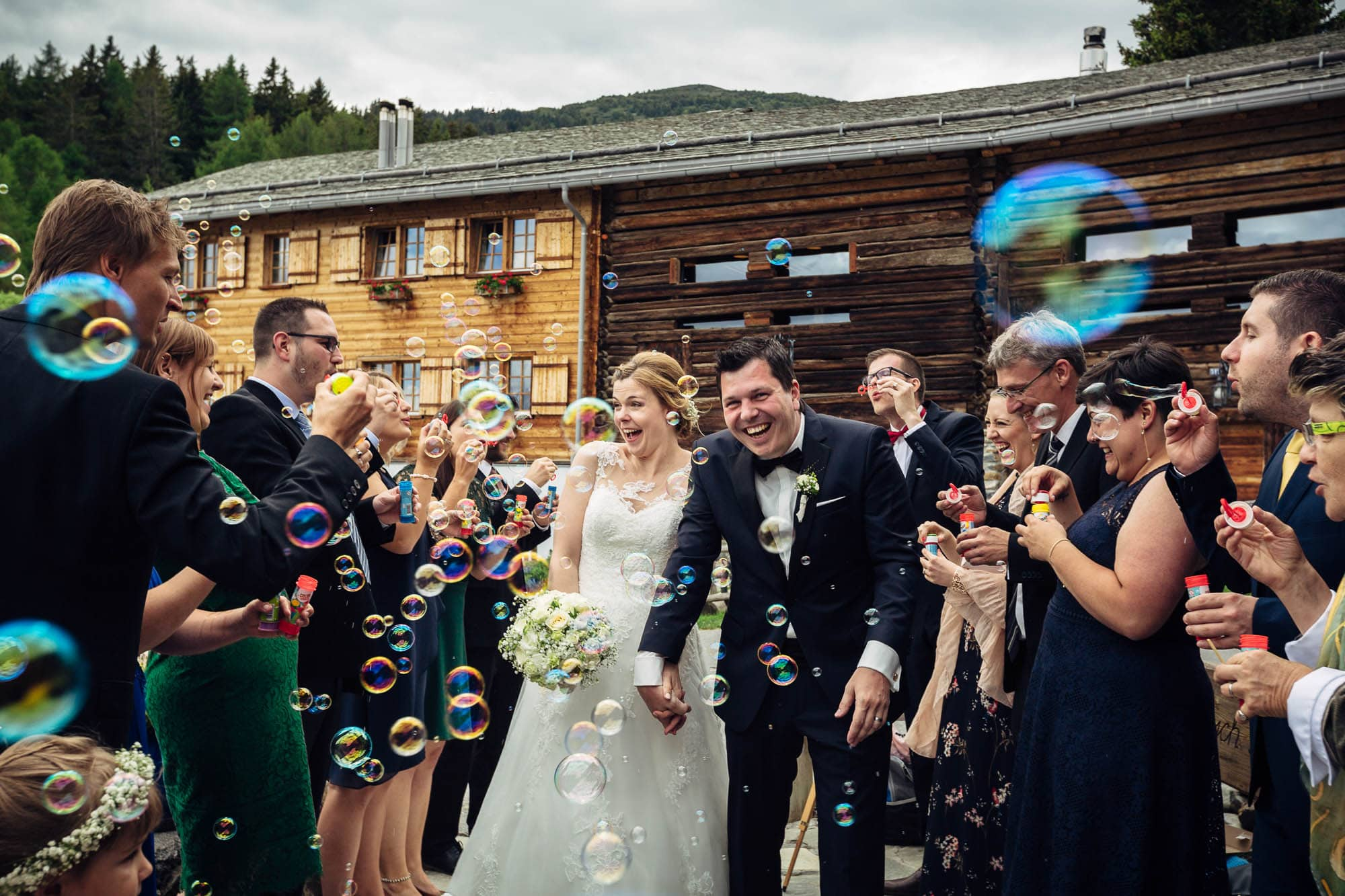 Brautpaar wird mit Seifenblasen im Maiensäss Guarda Val empfangen