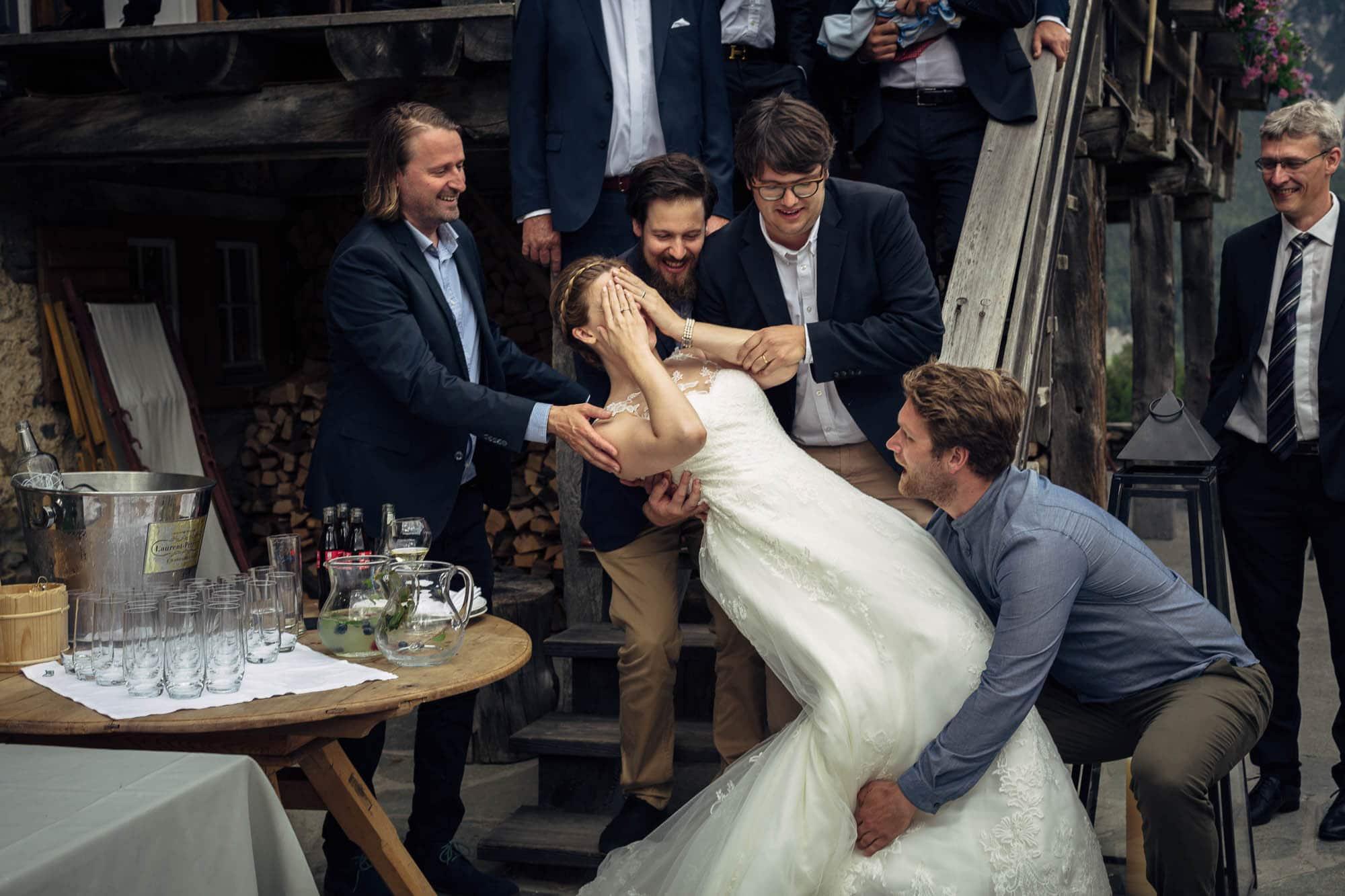 Braut verschliesst die Augen als sie Gäste aufheben wollen