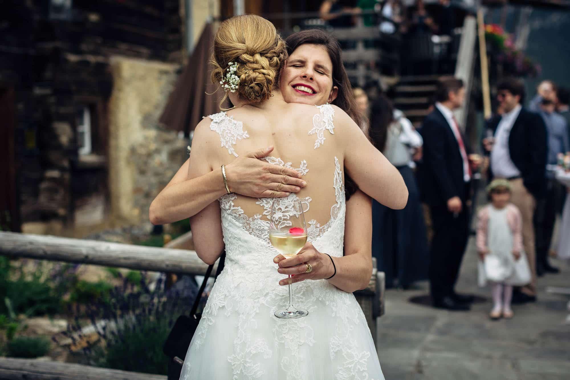 Braut wird bei Gratulation umarmt
