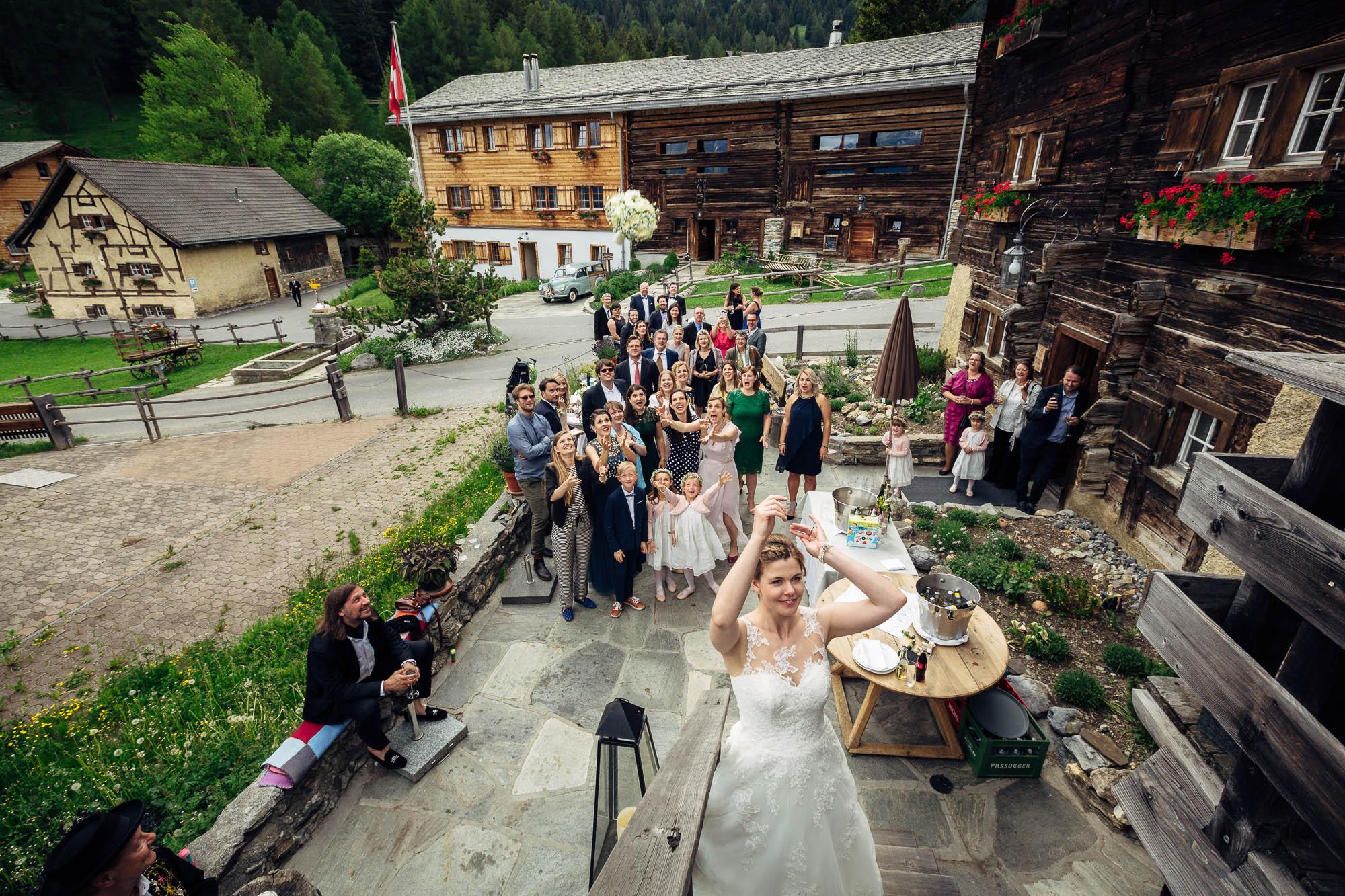 Brautstrauss wird geworfen