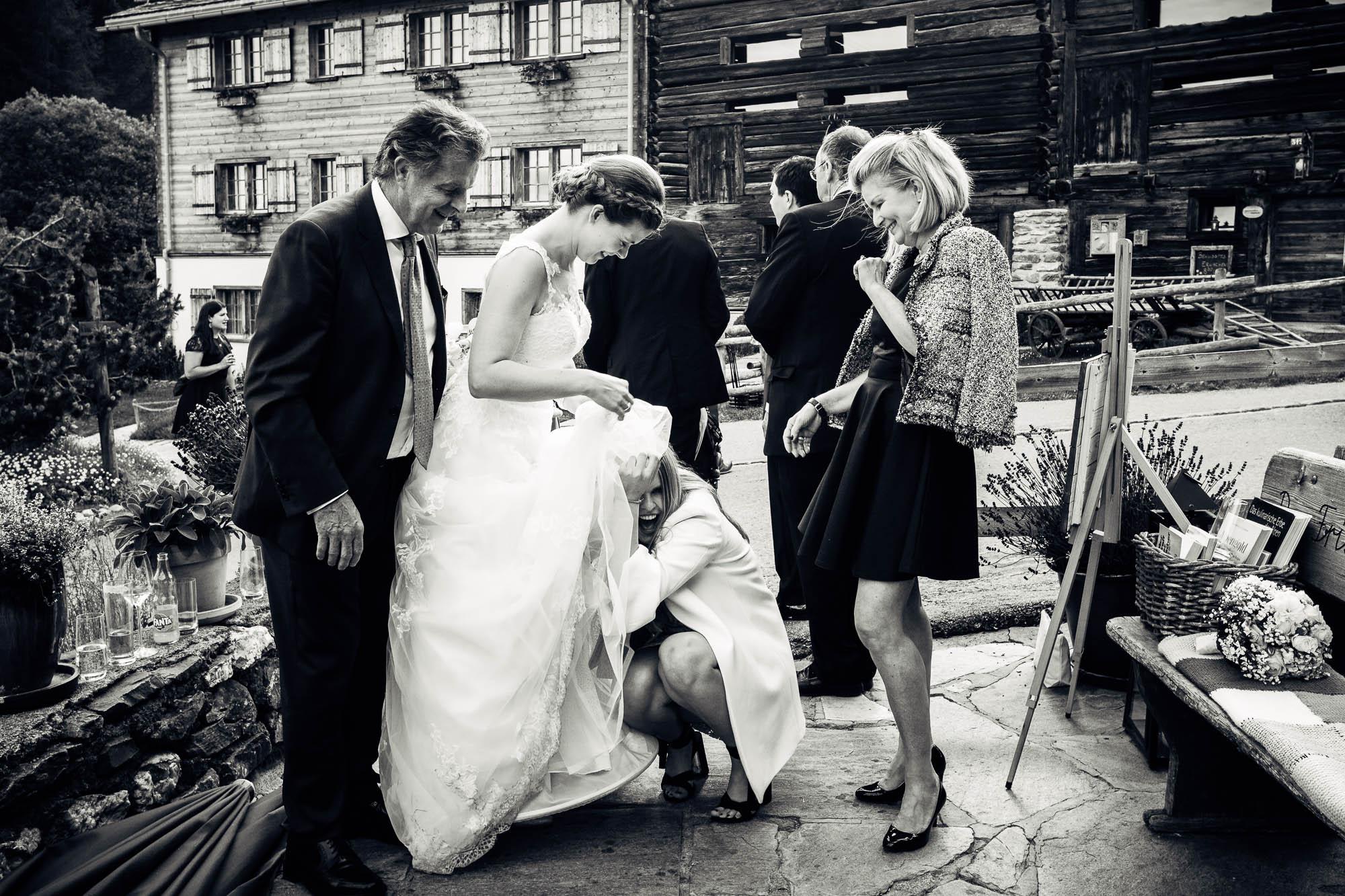 Gast versteckt sich unter Brautkleid