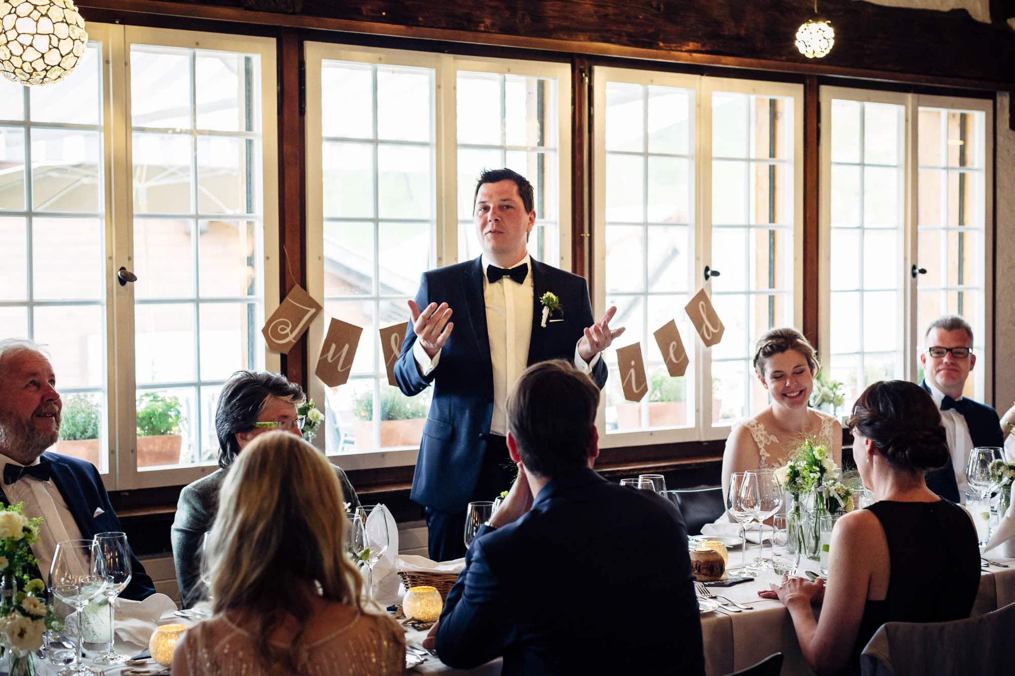 Ansprache durch Bräutigam, Gäste lachen