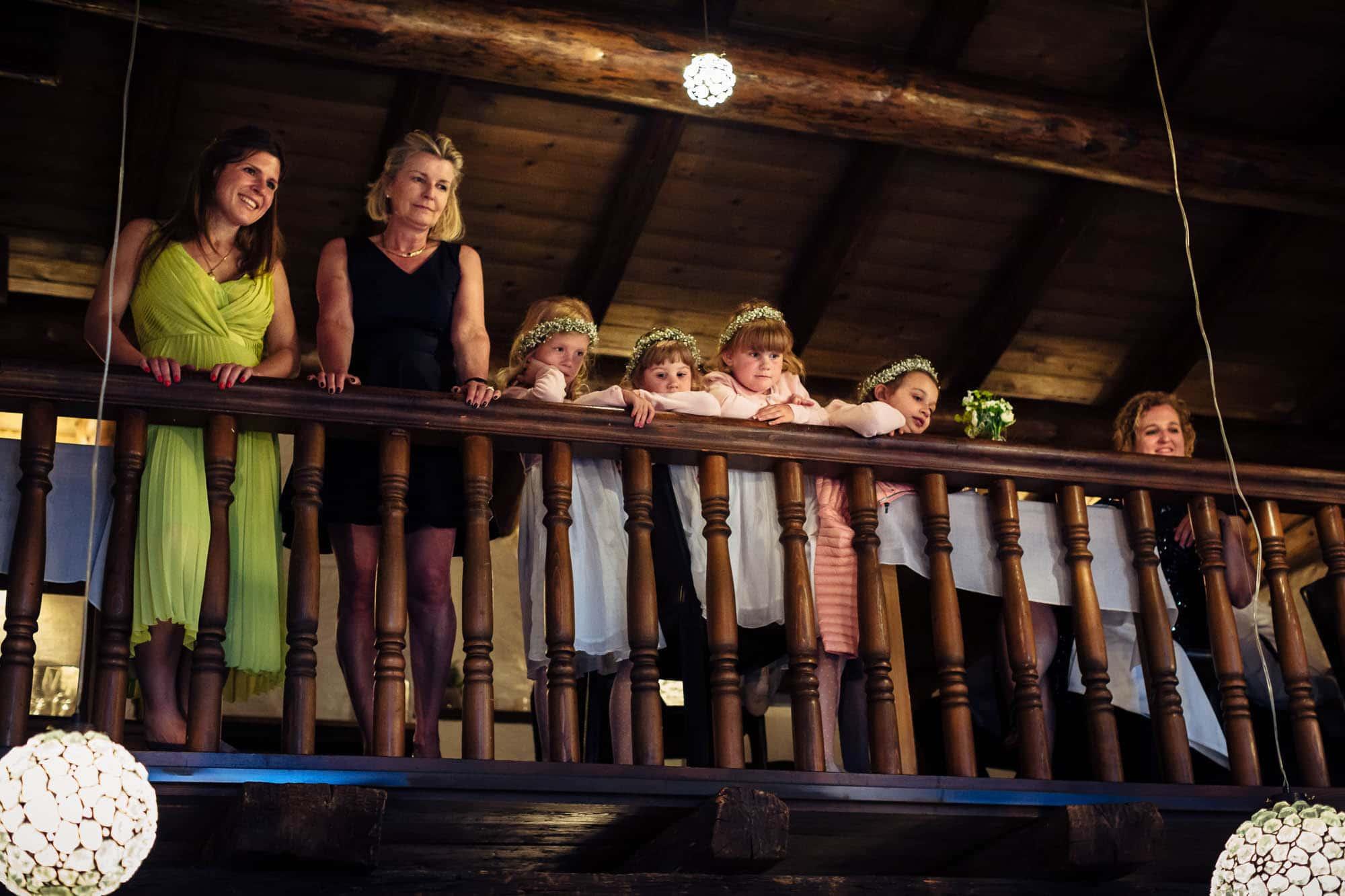 Kinder schauen vom Balkon aus zu
