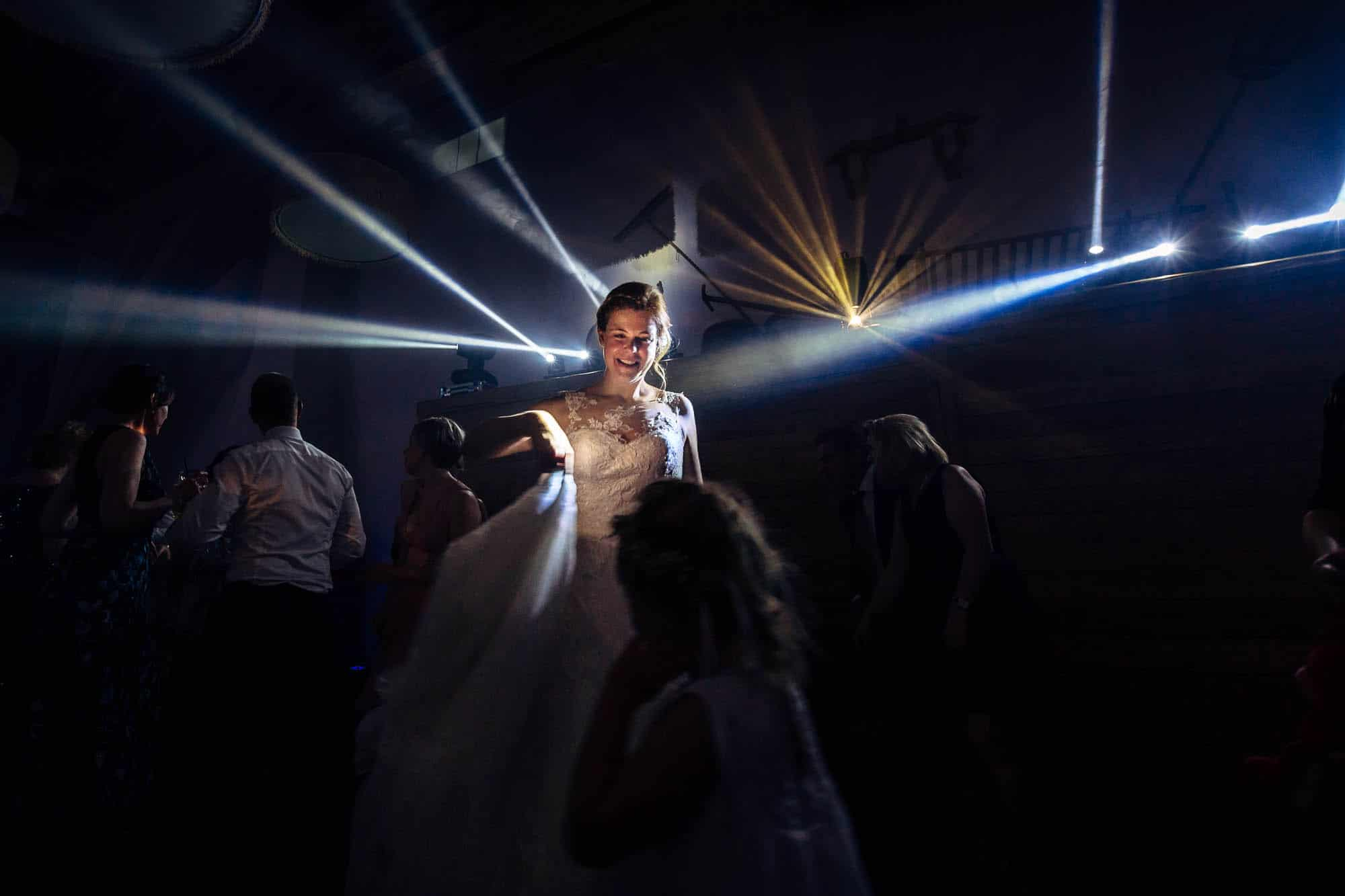 Hochzeitsparty tanzt bei Lichtshow