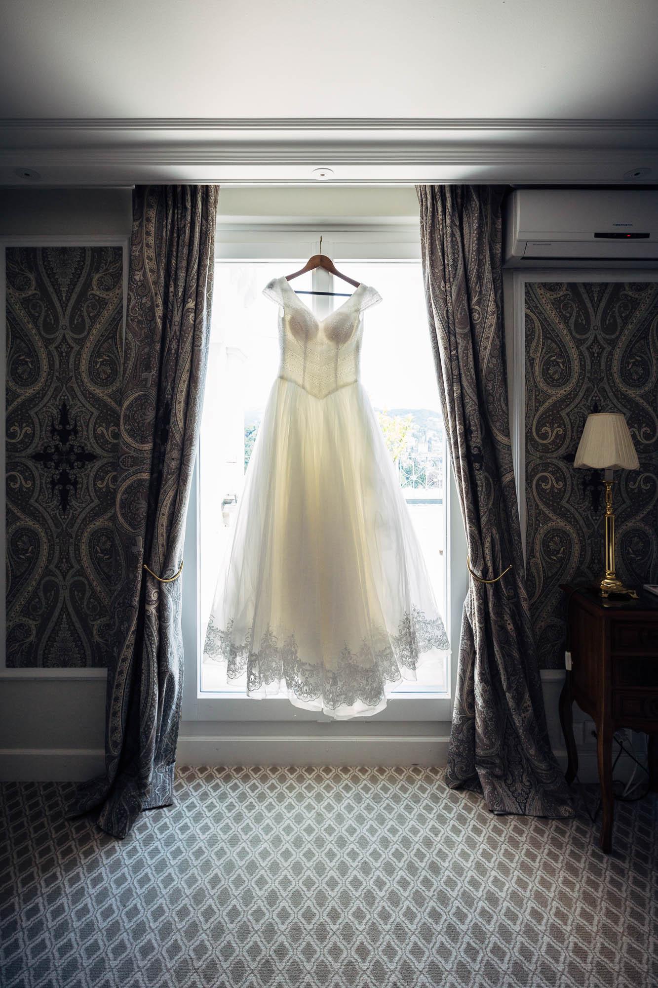 Brautkleid vor Fenster im Chateau Gütsch