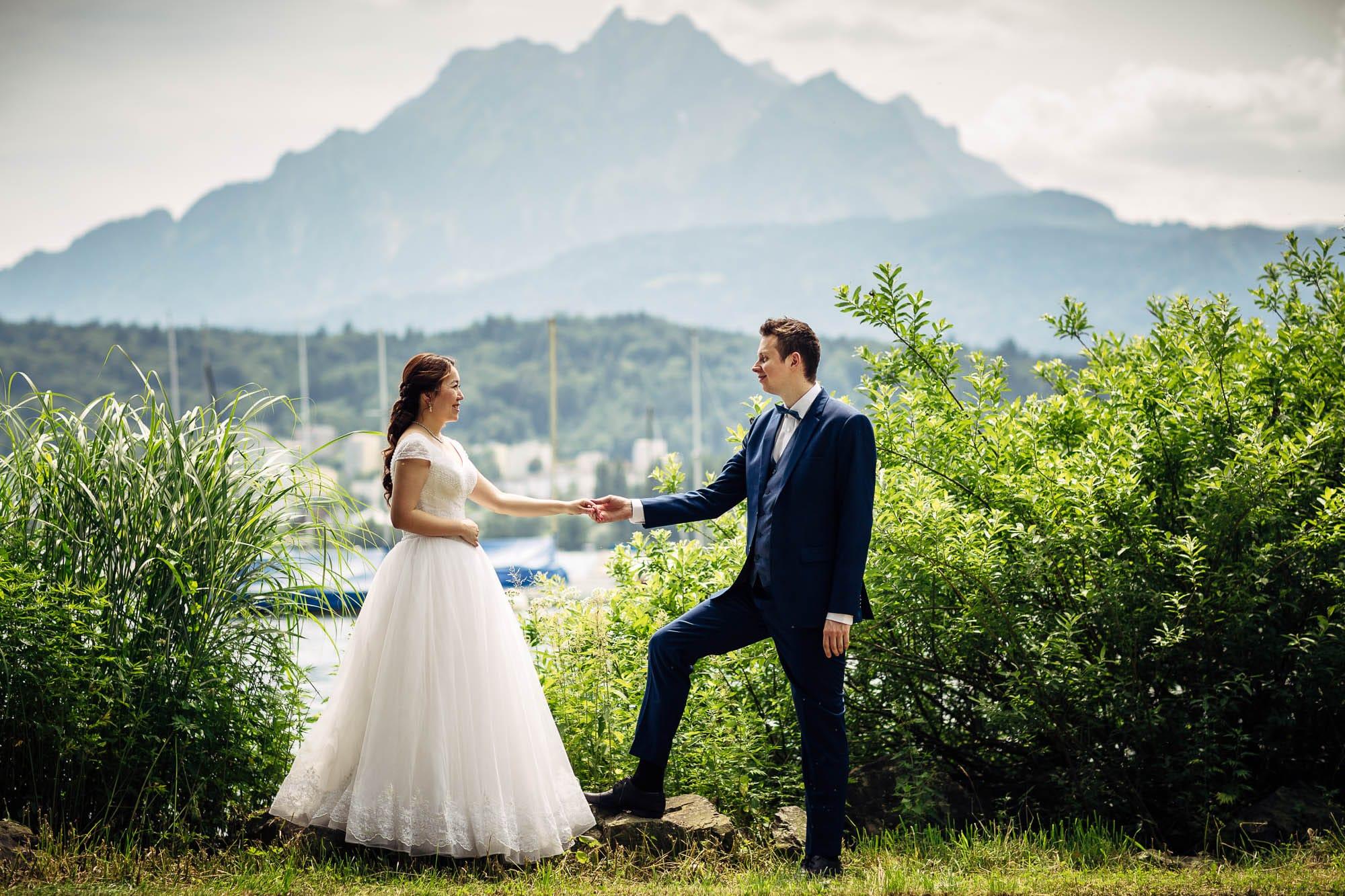 Brautpaar gibt sich die Hände mit Pilatus im Hintergrund