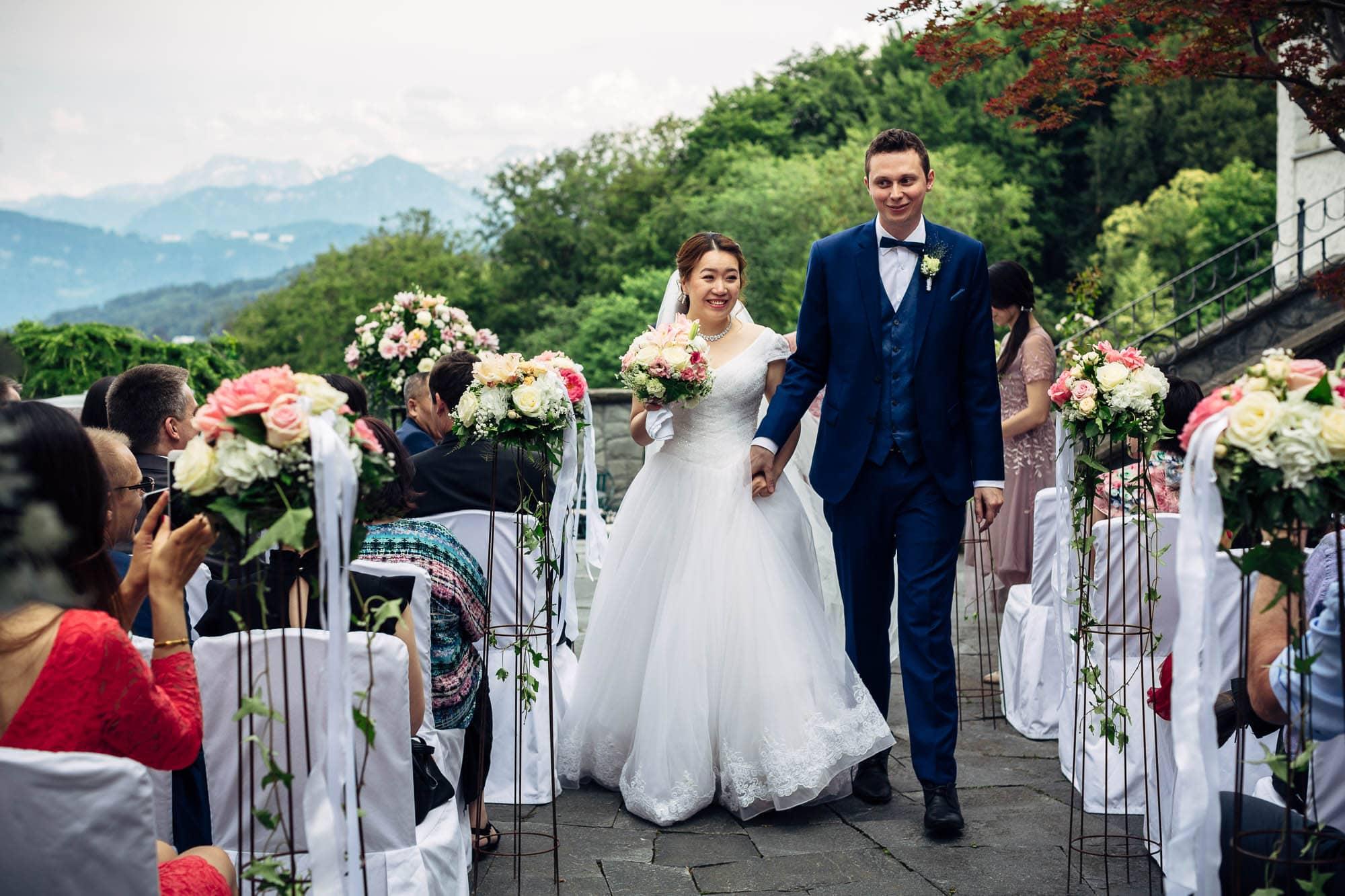 Brautpaar verlässt die Zeremonie zum Apéro