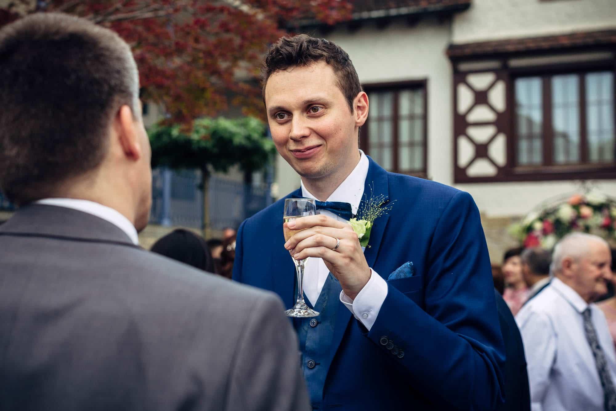 Bräutigam stösst an beim Apéro