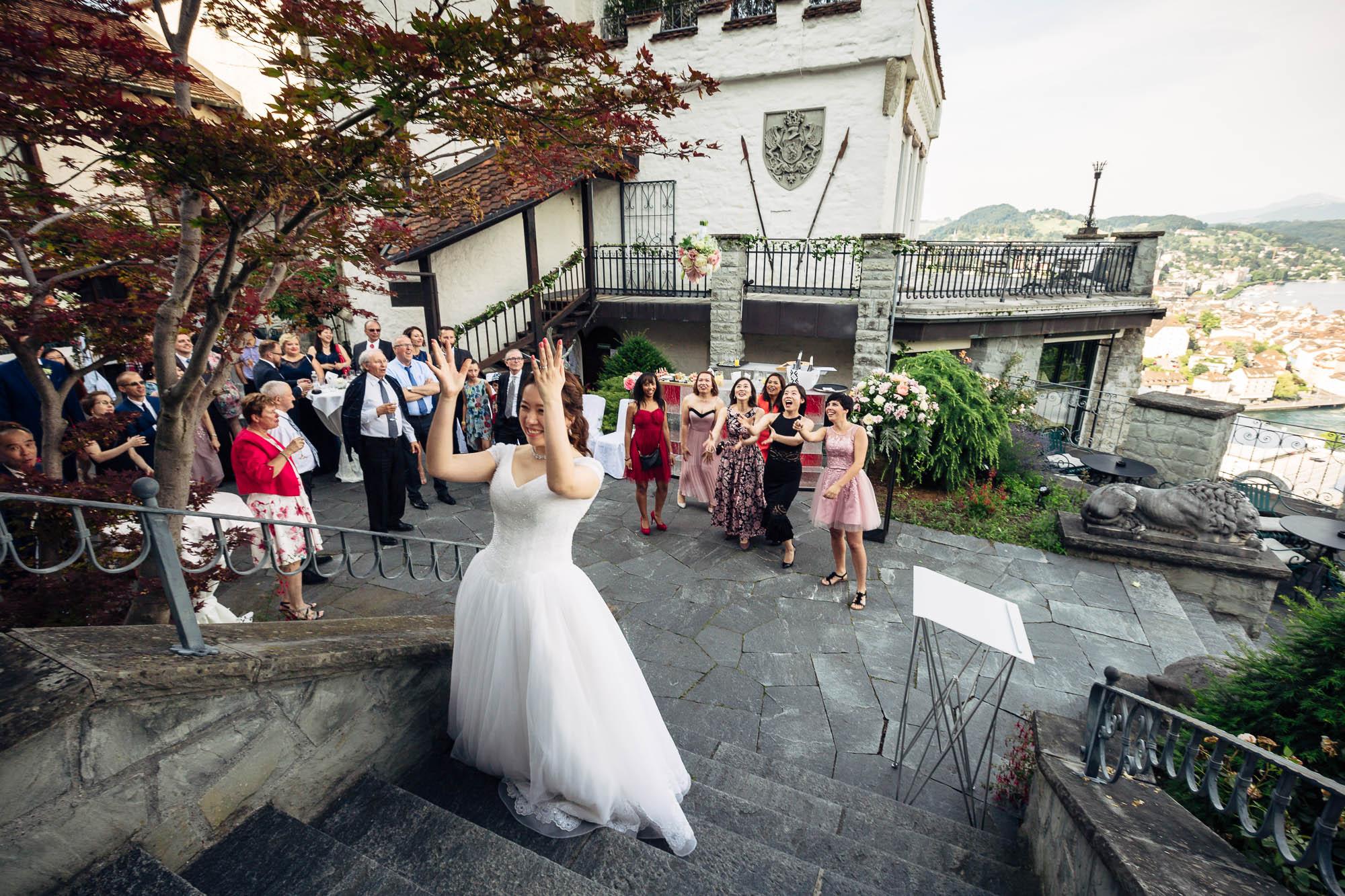 Brautstrauss werfen beim Apéro