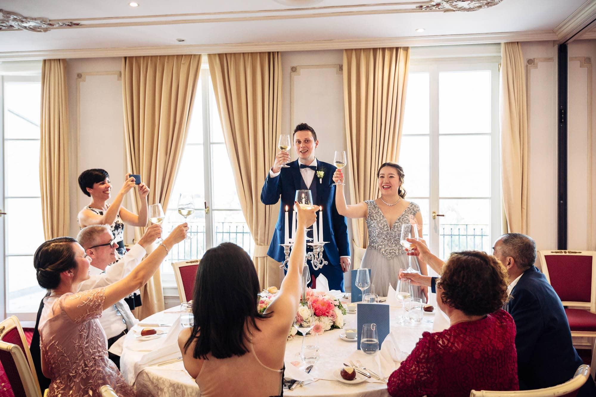Brautpaar und Familie prostet nach Ansprache