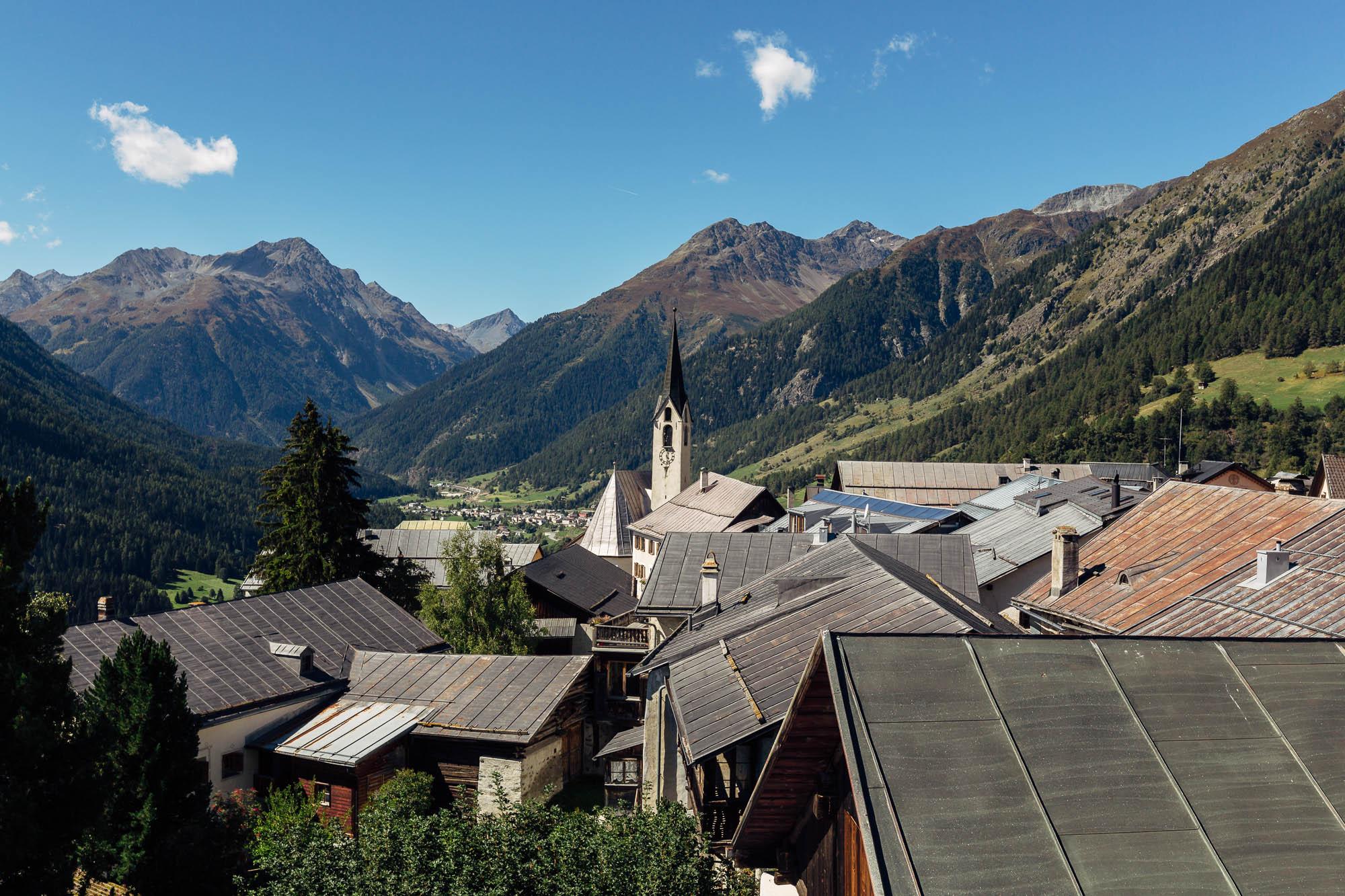 Ausblick auf Kirche und Guarda im Hintergrund Berge