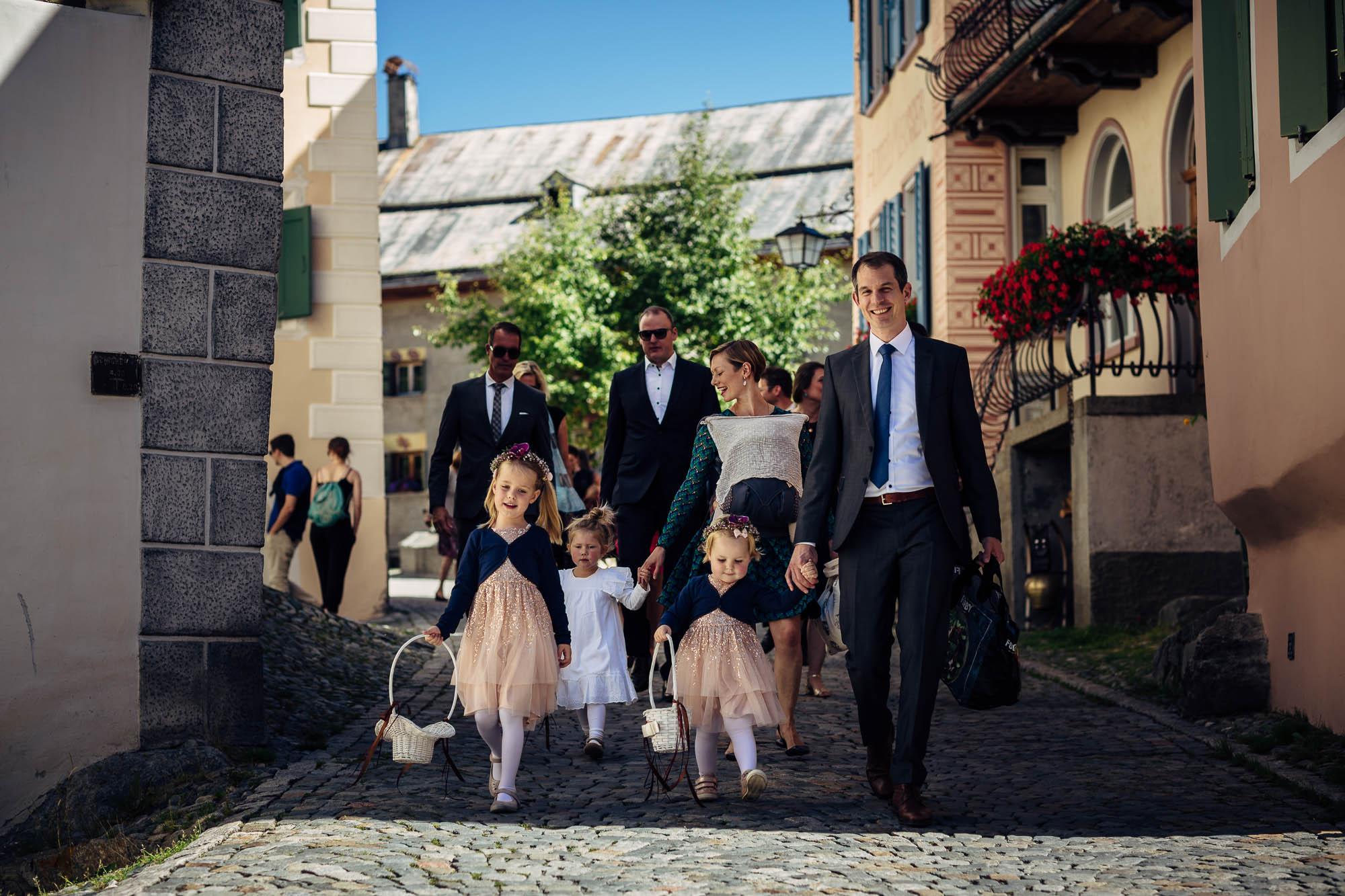 Blumenmädchen und Hochzeitsgesellschaft