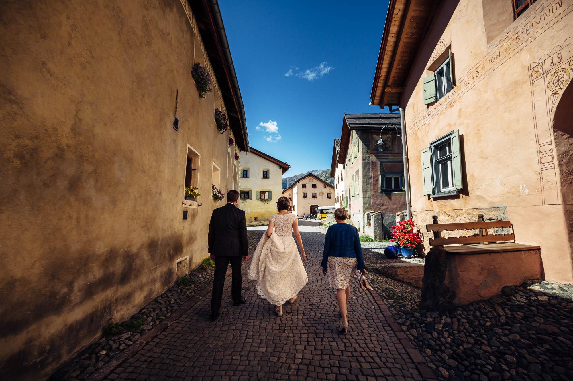 Braut mit Eltern auf dem Weg zur Trauung