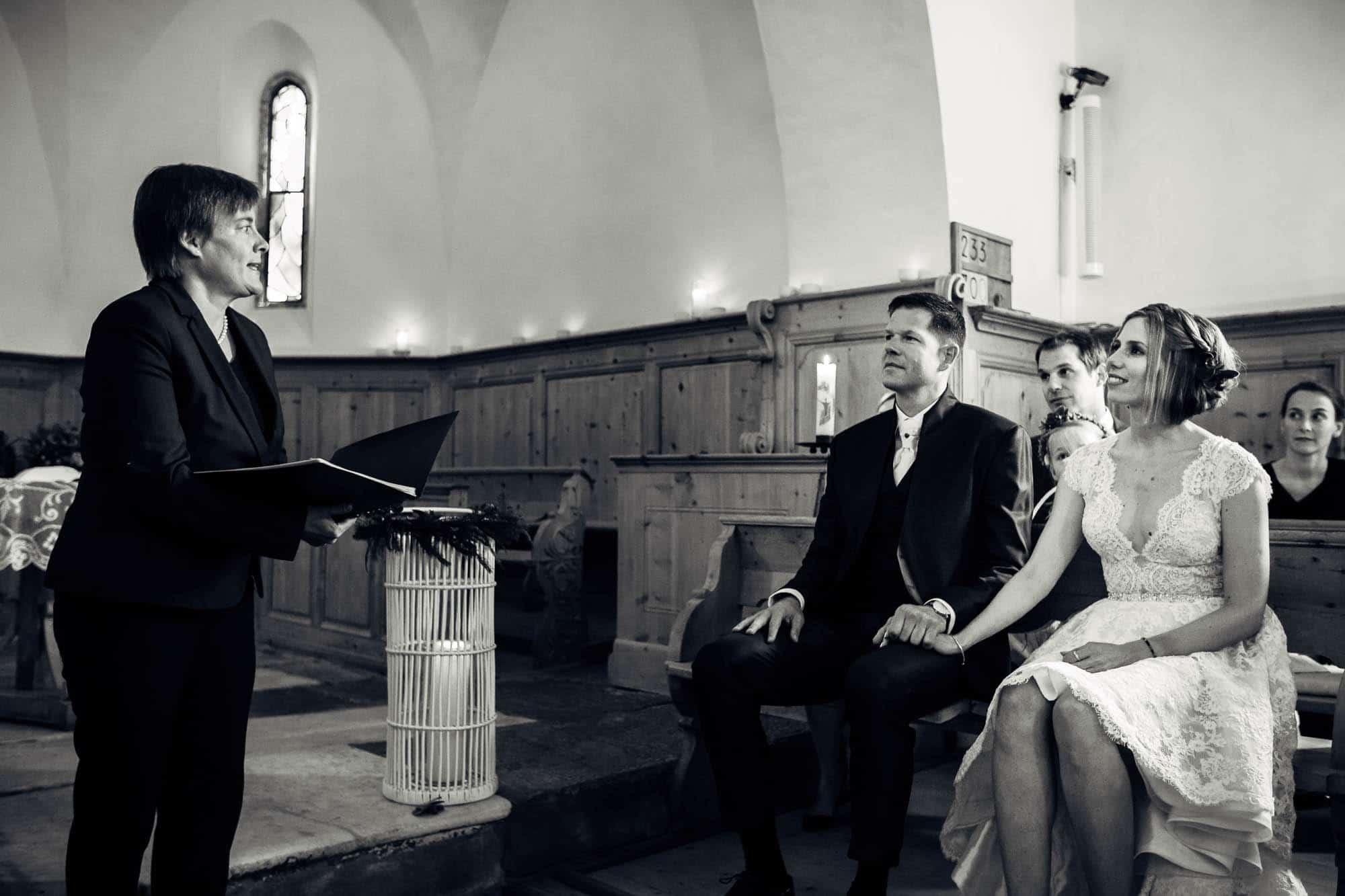Pfarrerin und Brautpaar