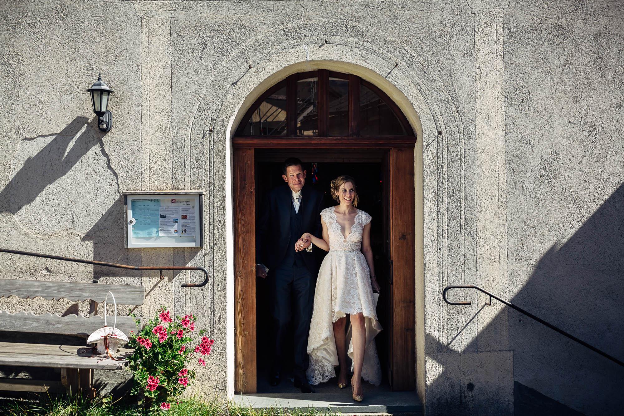 Brautpaar kommt aus der Kirche in Guarda