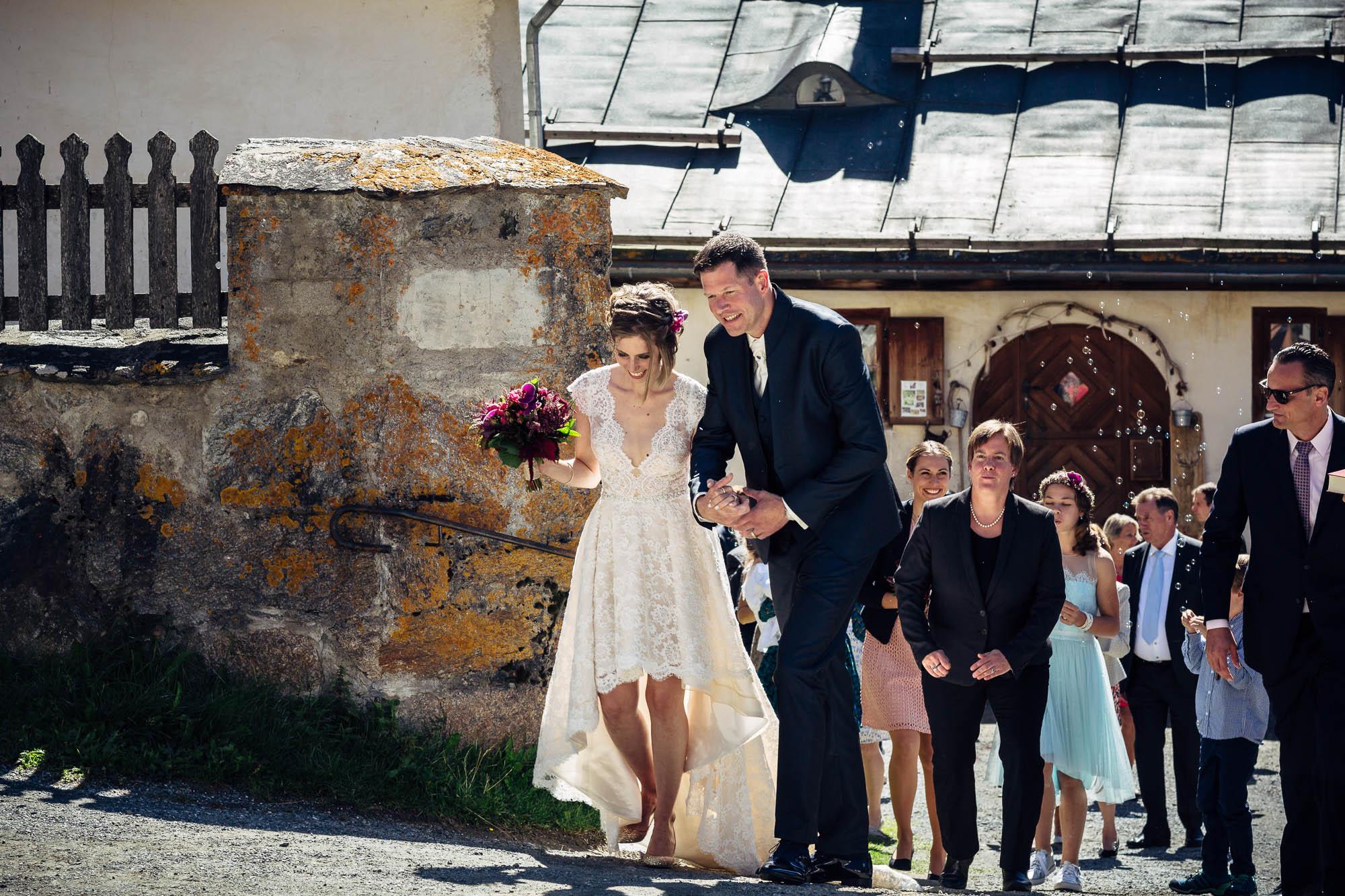 Brautpaar und Gäste nach Kirche