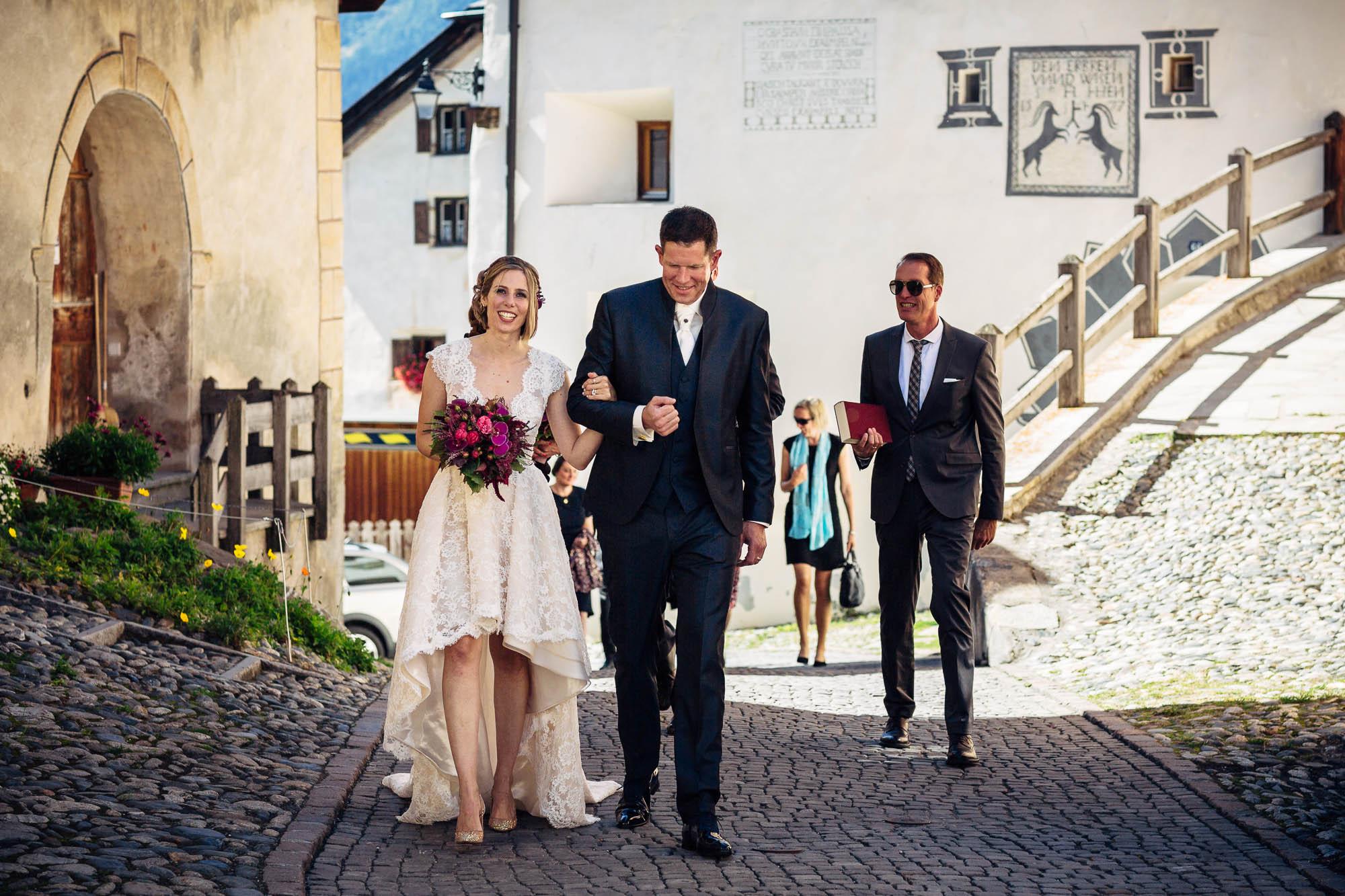 Brautpaar läuft von Kirche durch Guarda