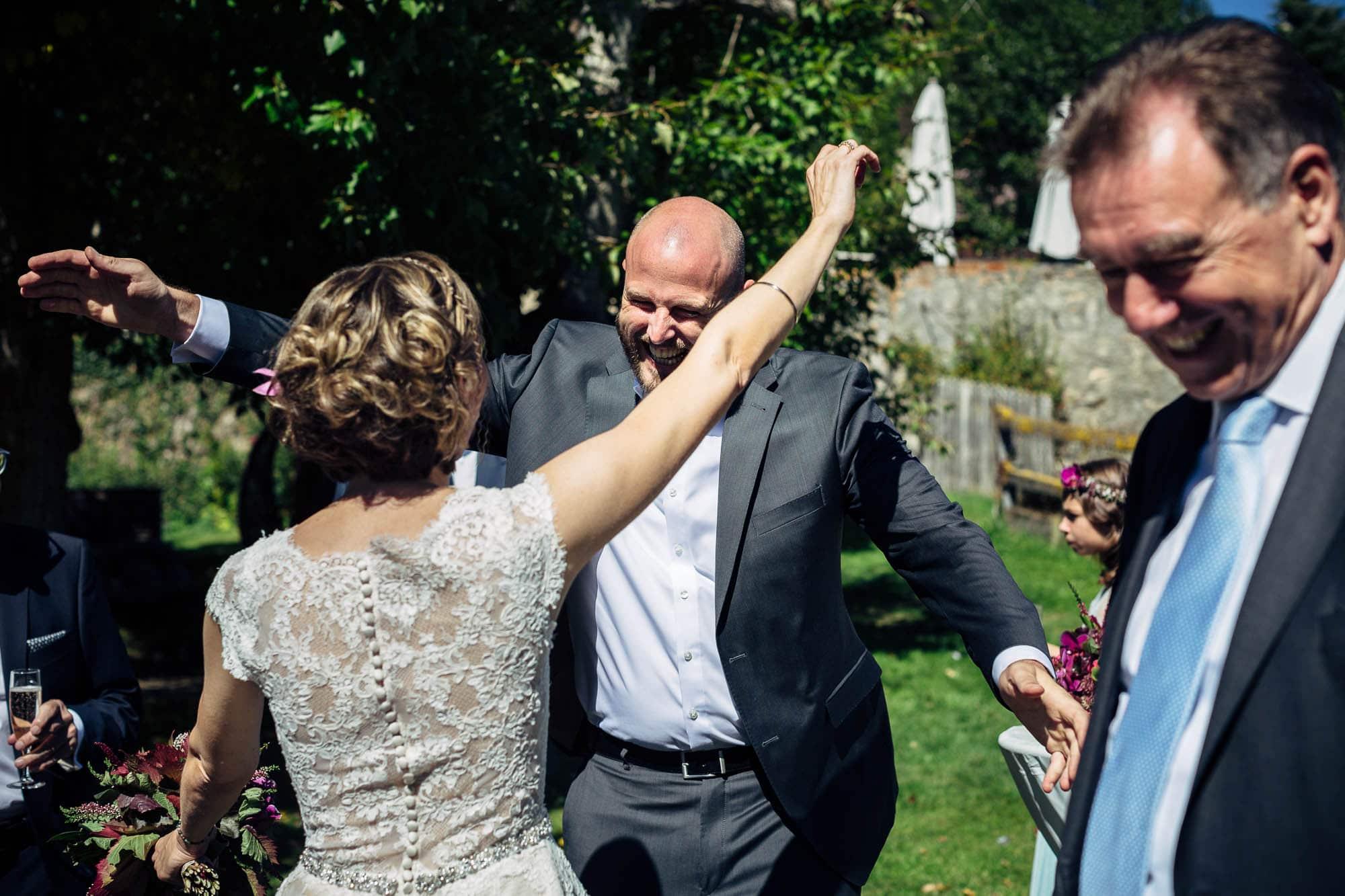 Umarmung und Gratulation Hochzeit